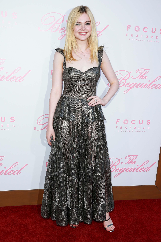 Elle Fanning, otra de las estrellas de la película, resaltó su estilizada figura con este vestido gris metálico
