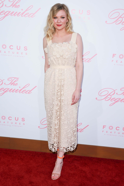 Encaje y transparencias para Kirsten Dunst, otra de las estrellas de la película