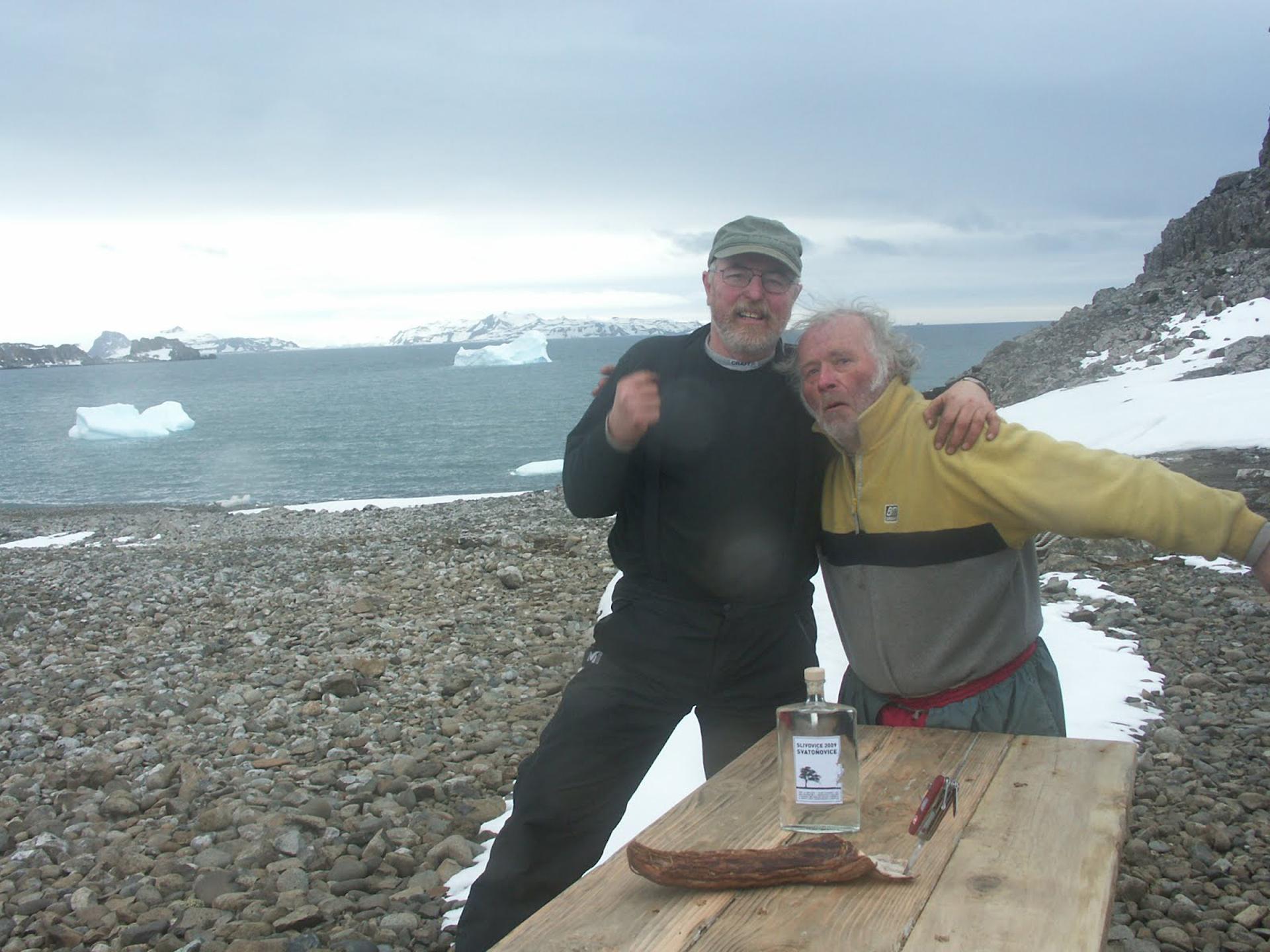 Pavlicek posa junto Jan Mertlík, uno de los amigos que lo visitó