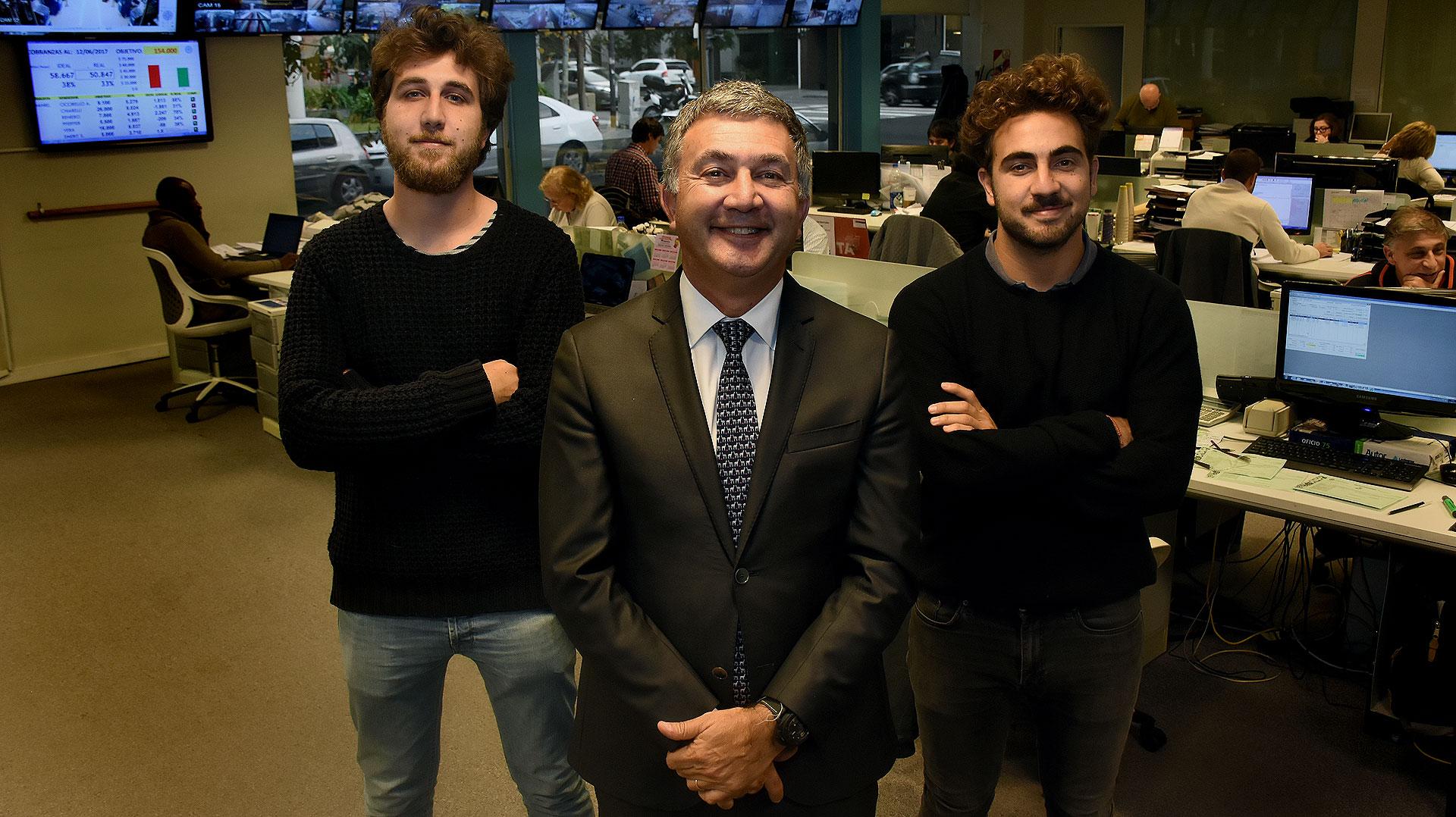 Lucas, Teddy y Tomás Karagozian, en las oficinas de TN Platex en Vicente López. (Nicolás Stulberg)