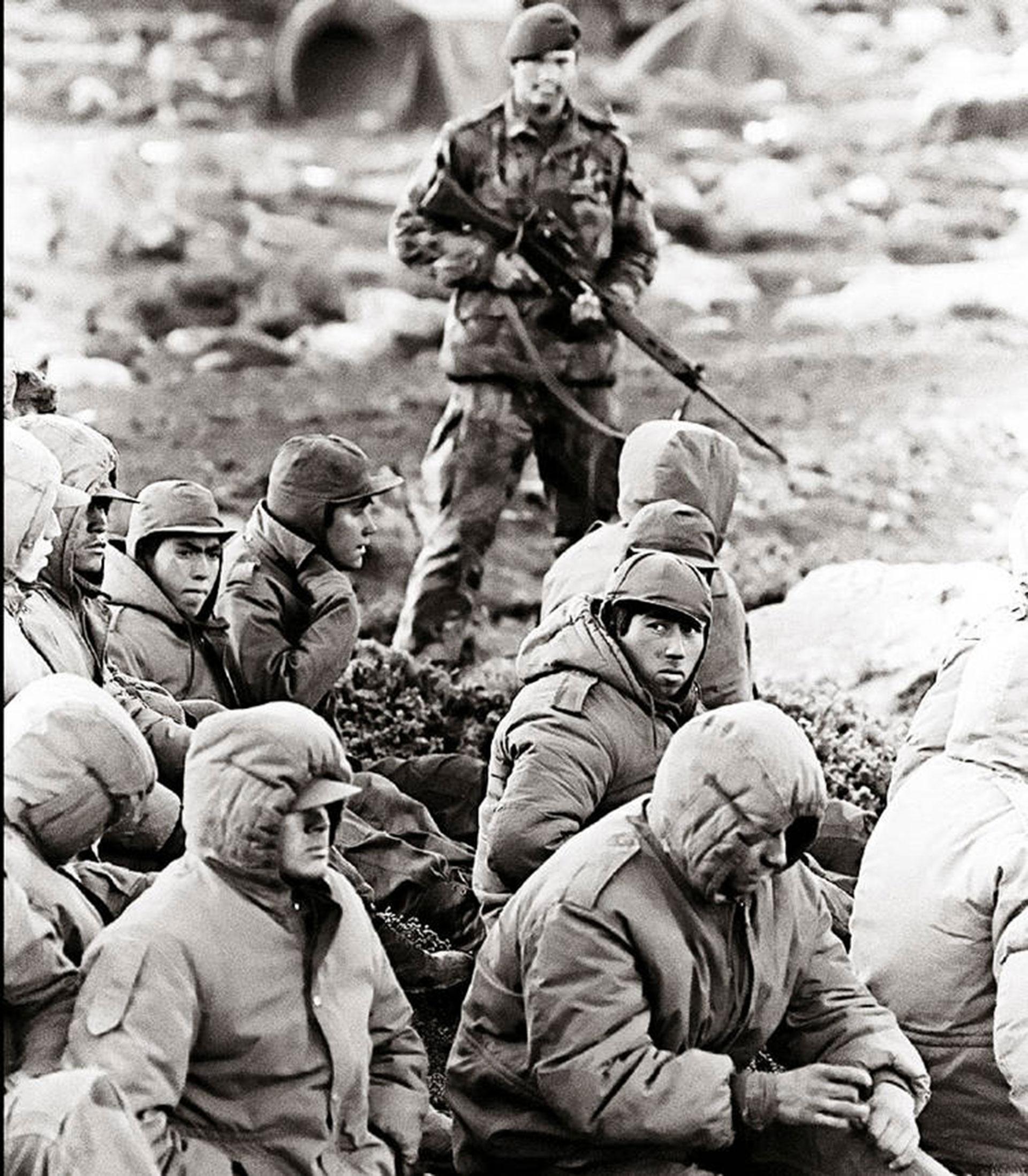 Los británicos se prepararon para el último asalto y desalojaron las posiciones de los argentinos sobrevivientes del RI 7 en la zona del Wireless Ridge y Camber; al Este de Puerto Argentino y en el aeropuerto varias unidades estaban inmovilizadas y no participaron en la batalla