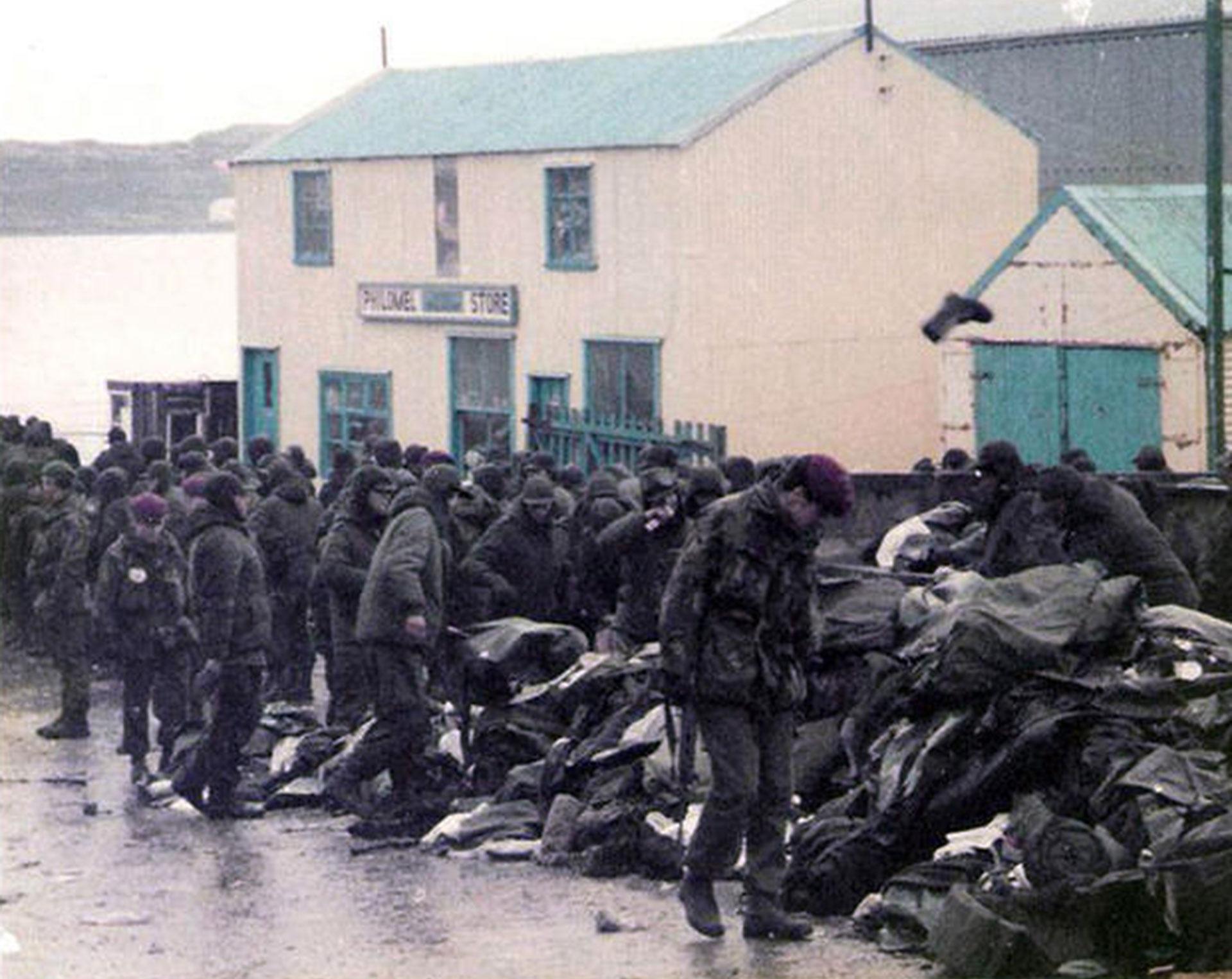 La batalla por Puerto Argentino dejó a más de 200 soldados argentinos y británicos muertos