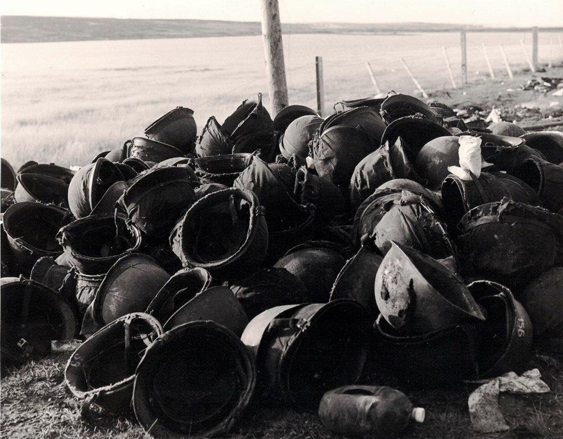 En los días finales muchos soldados, aislados o en grupos, armados y desarmados, confluían en Puerto Argentino. Estaban separados de sus unidades y abatidos luego de enfrentar tremendos combates