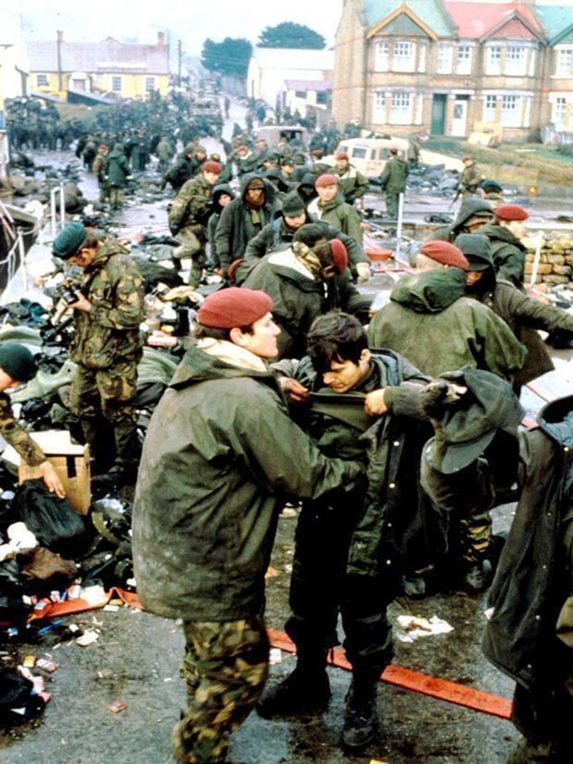 Los británicosrevisarona los combatientes argentinos en Puerto Argentino. No podían guardar nada: ni fotos, ni papeles, ni artículos personales