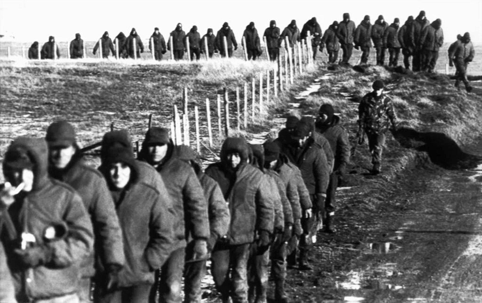 Prisioneros marchan hacia Puerto Argentino. El avance británico desde el Oeste obligó a los argentinos a reorientar sus defensas, construidas bajo la expectativa de un ataque desde el Norte