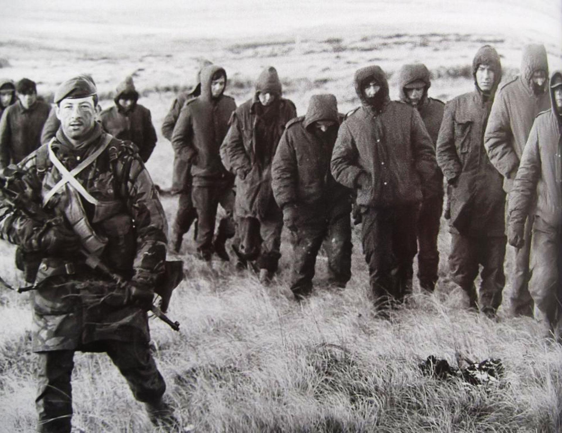 Exhaustos, muchos combatientes argentinos llevaban sesenta días en las mismas posiciones, en un clima extremo y bajo fuego desde el 1° de mayo
