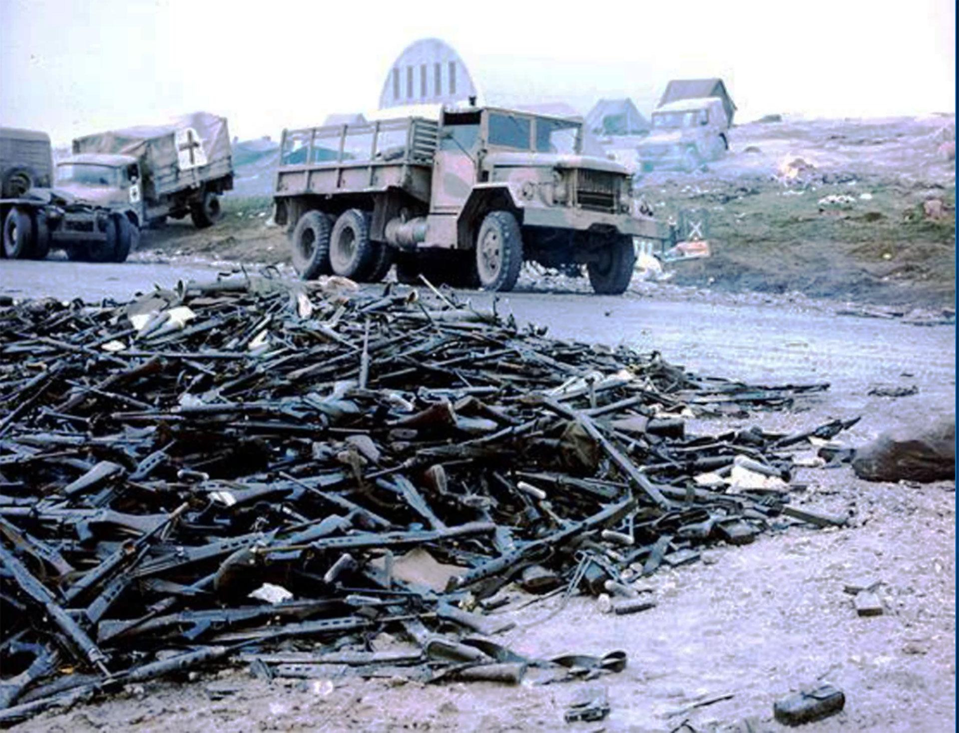 Montañas de armas abandonadas por los soldados argentinos luego de la rendición en Puerto Argentino