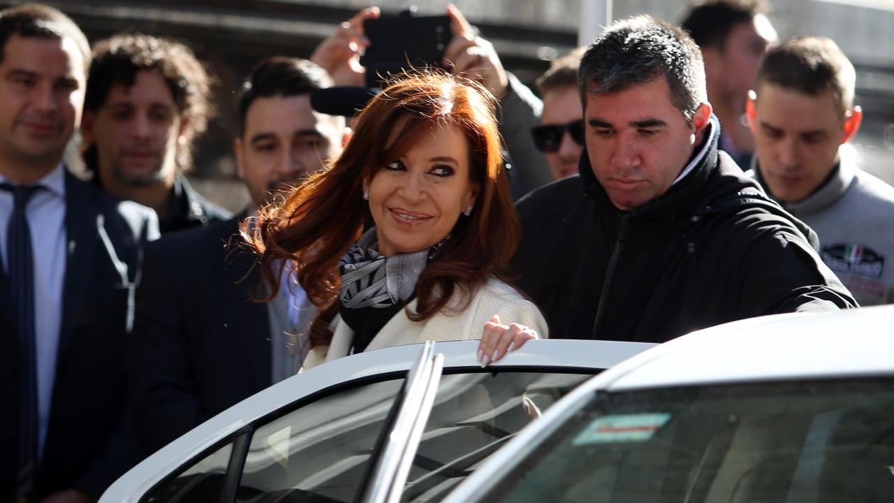 Cristina Kirchner en la entrada del Instituto Patria (Nicolás Aboaf)