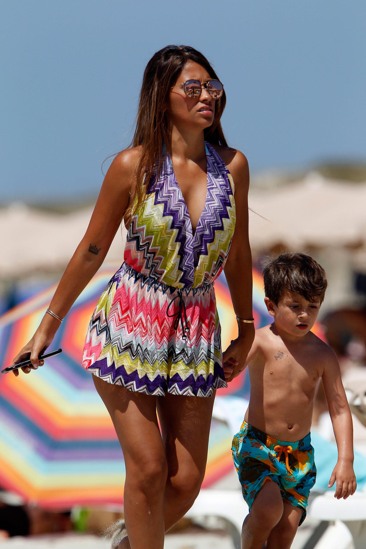 Antonella pasea en la playa con el pequeño Thiago (Grosby)