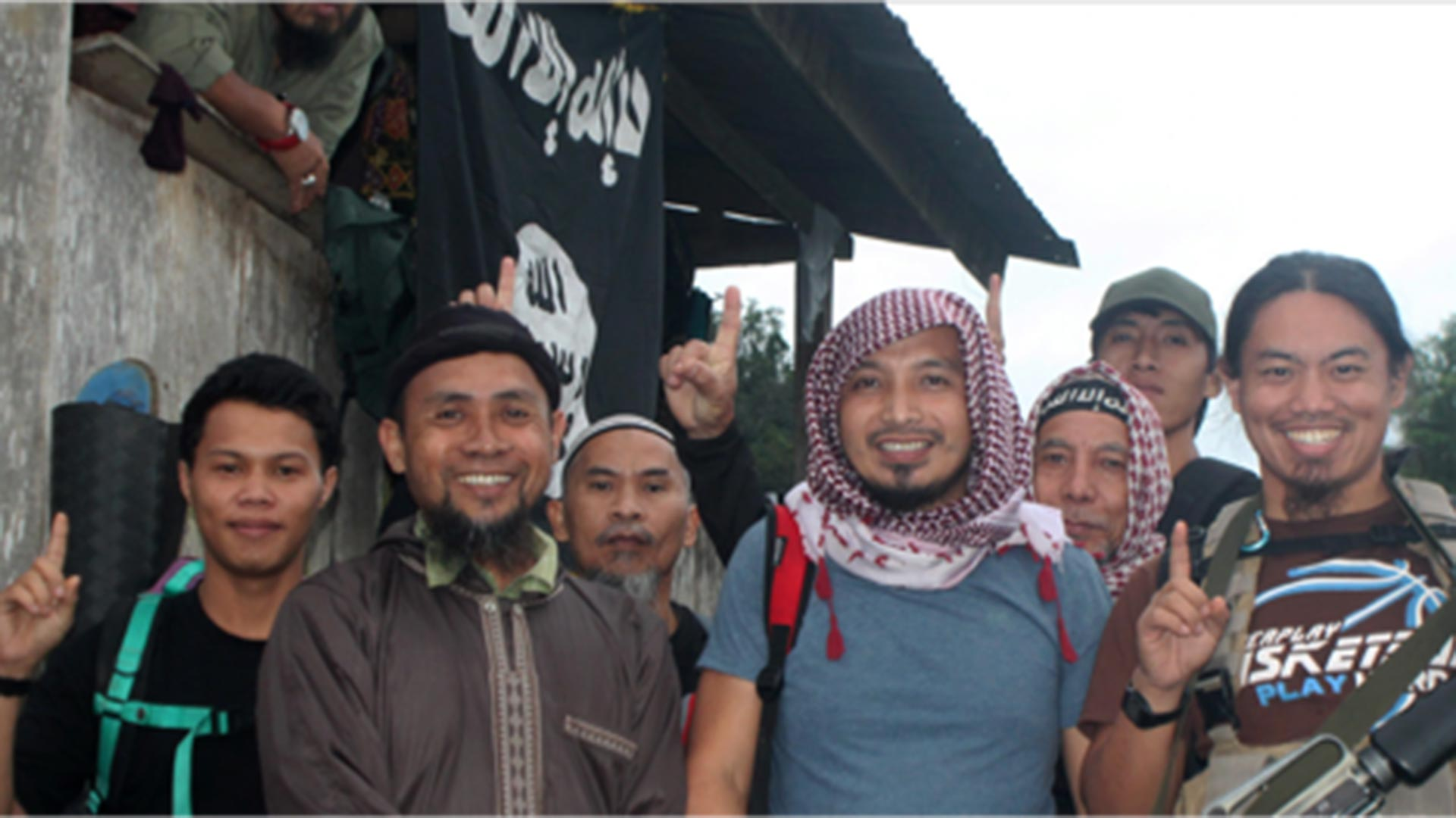 Isnilon Hapilon, el segundo a la izquierda de la foto