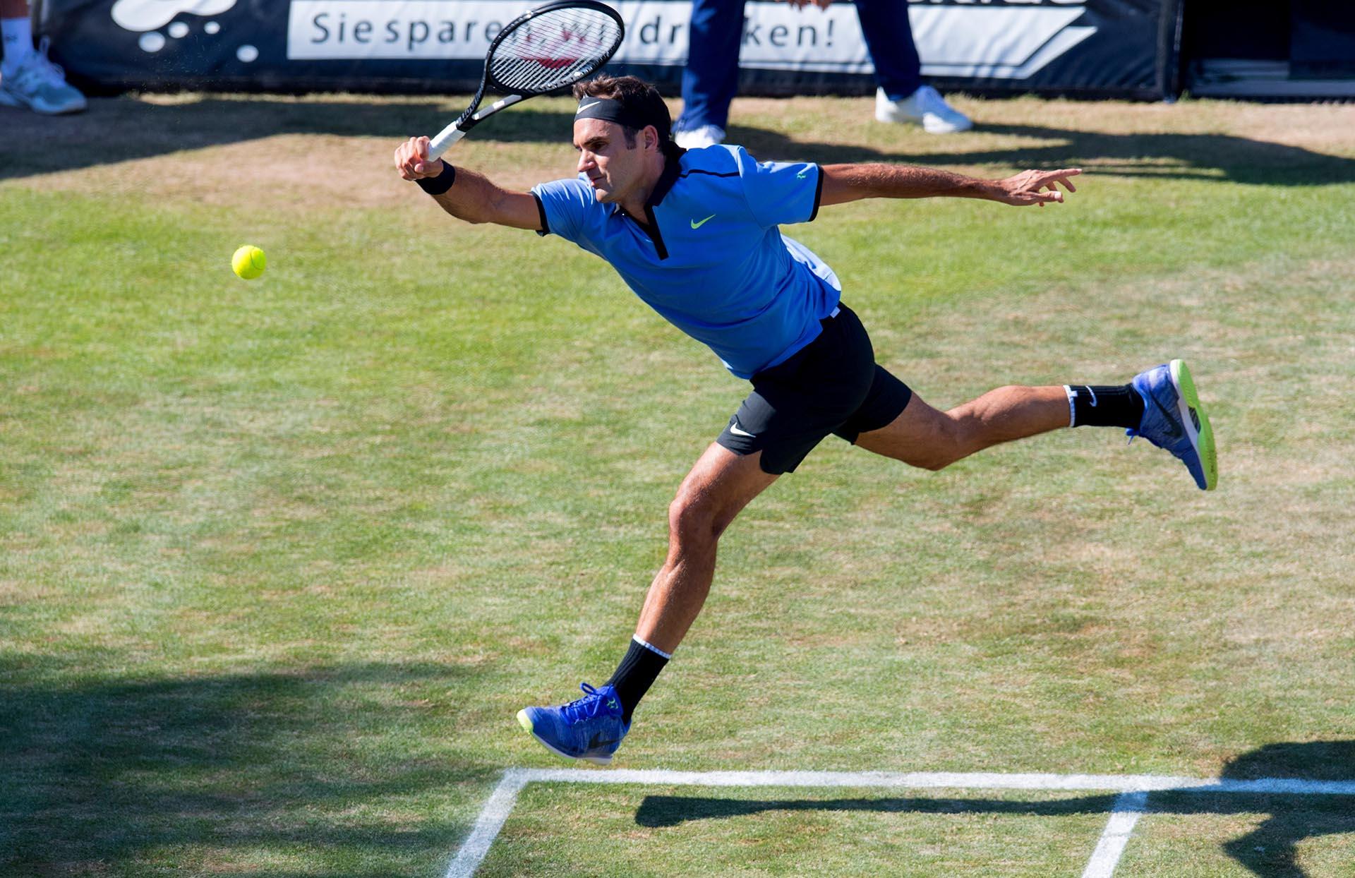 El suizo Roger Federer devuelve la pelota al alemán Tommy Haas en el torneo de tenis de la Copa ATP en Stuttgart, al suroeste de Alemania