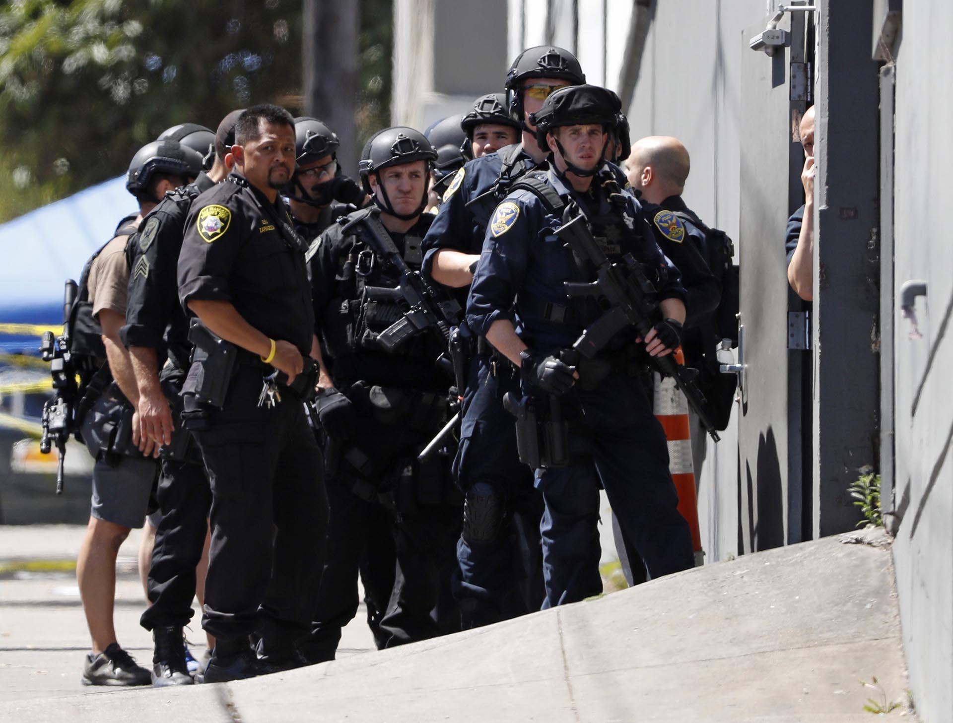 Policías se reúnen frente a una instalación del servicio postal United Parcel Service (UPS) tras un tiroteo en San Francisco, California