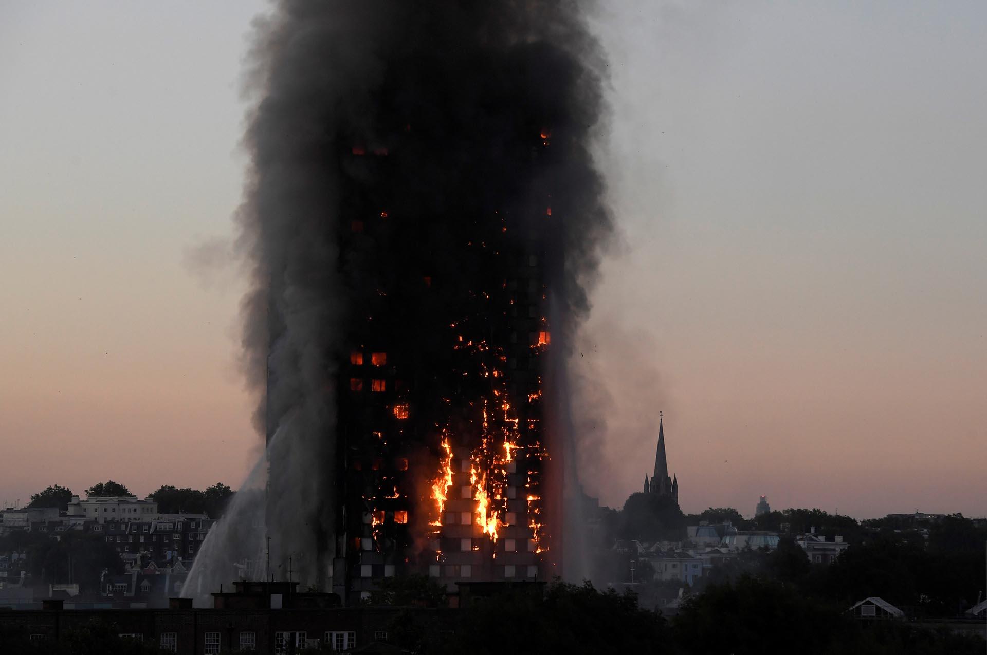 Las llamas y el humo se agitan mientras los bomberos hacen frente al incendio de la Torre Grenfell en Londres