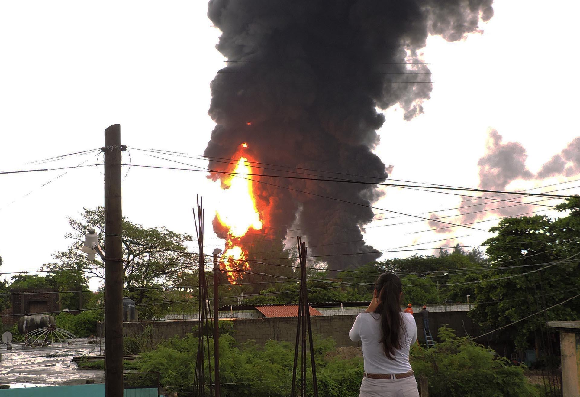 Fotografía de la columna de humo por una explosión en las instalaciones de una refinería en Salina Cruz, en el sureño estado de Oaxaca