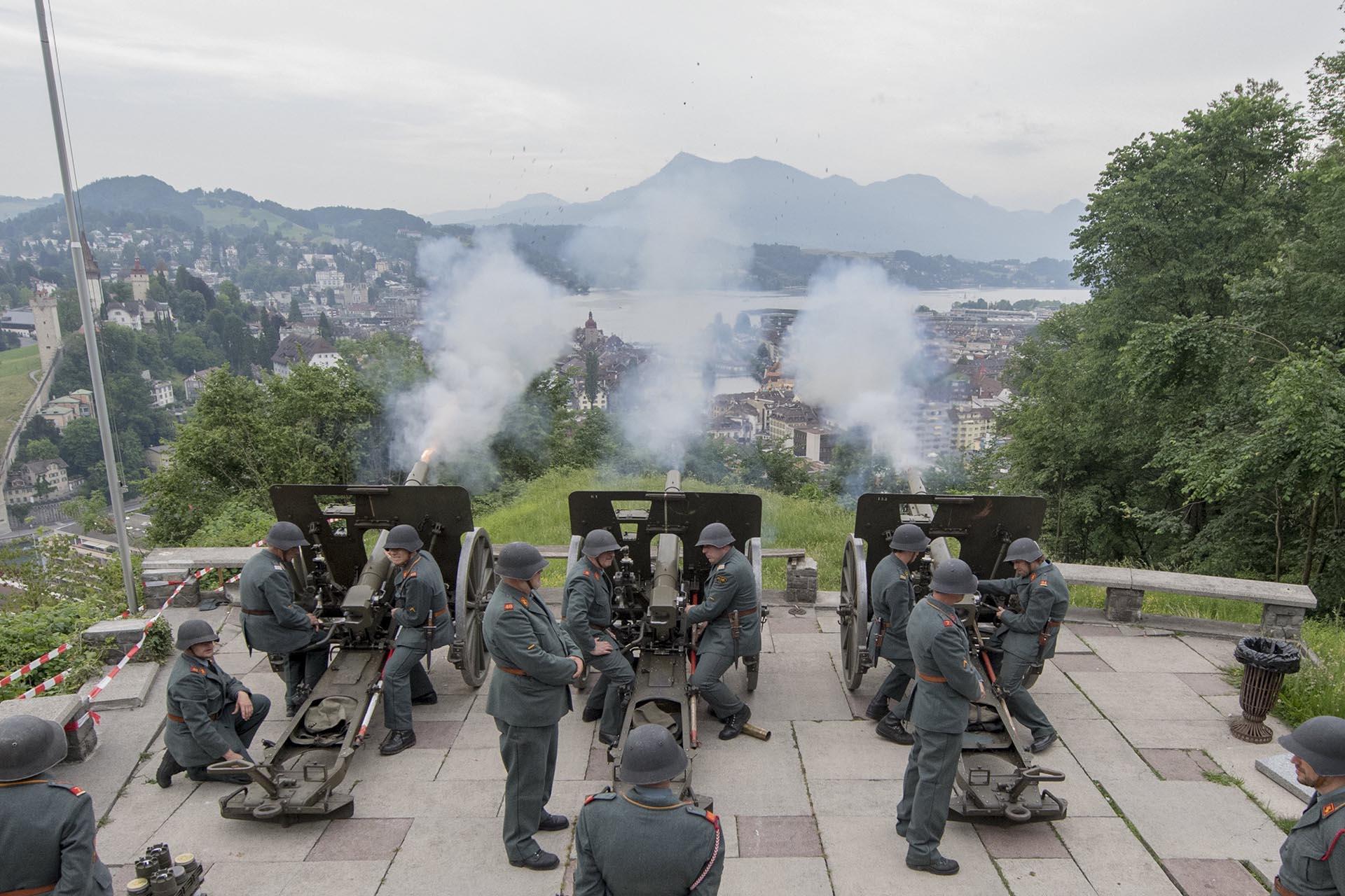 """Los artilleros """"Herrgottskanoniere Luzern"""" lanzan un saludo de doce cañones para anunciar la Fiesta de Corpus Christi, en la colina Guetsch sobre Lucerna, Suiza"""