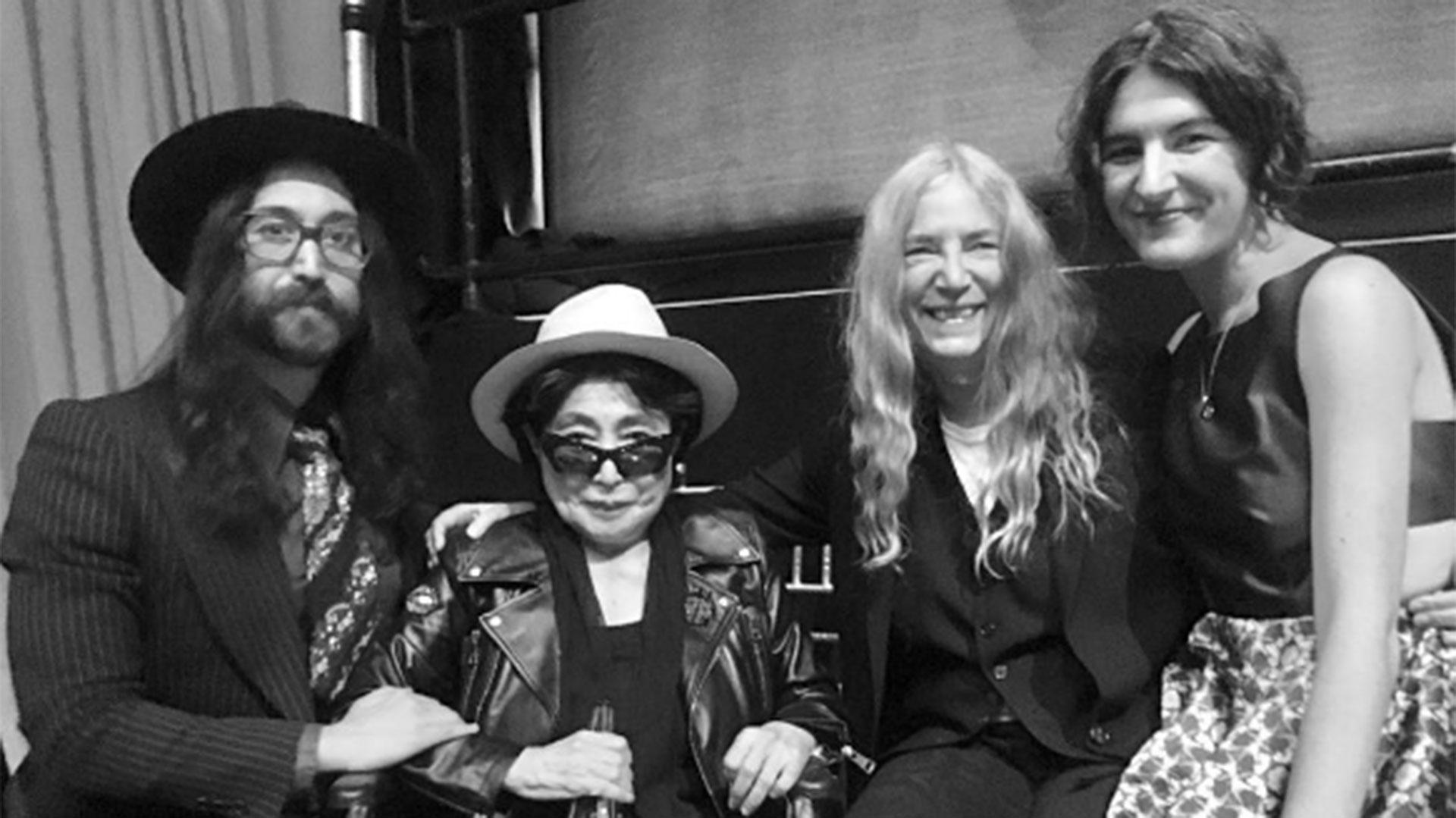 Sean Lennon, Yoko Ono, Patti y Jesse Smith, luego de recibir el premio Centennial Song en Nueva York y conocer que finalmente la viuda de John Lennon sería reconocida como coautora de Imagine (Instagram)