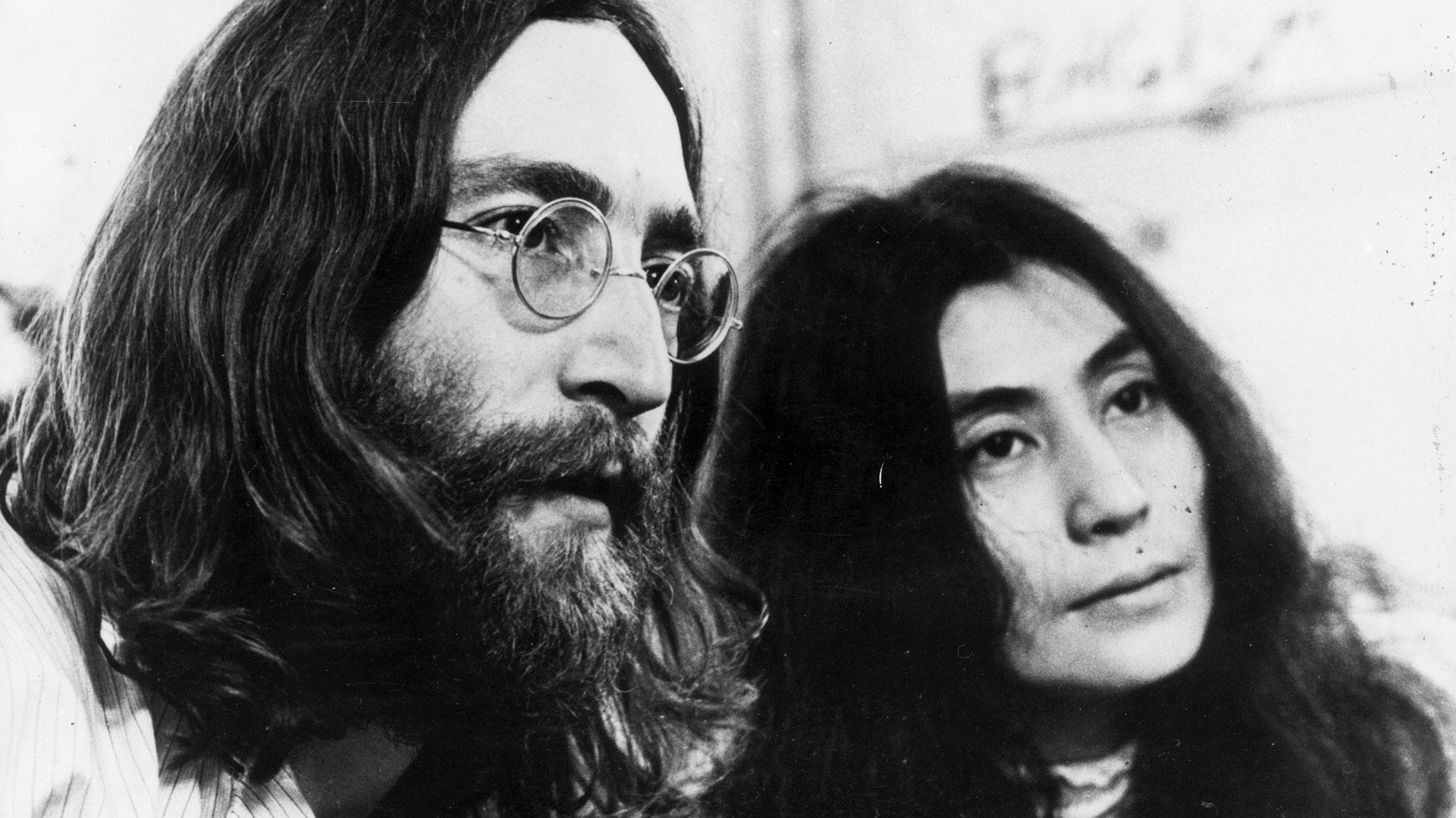 John Lennon y Yoko Ono, en los 70. Ella fue clave en la creación de una de las piezas musicales más importantes del siglo XX (Getty)