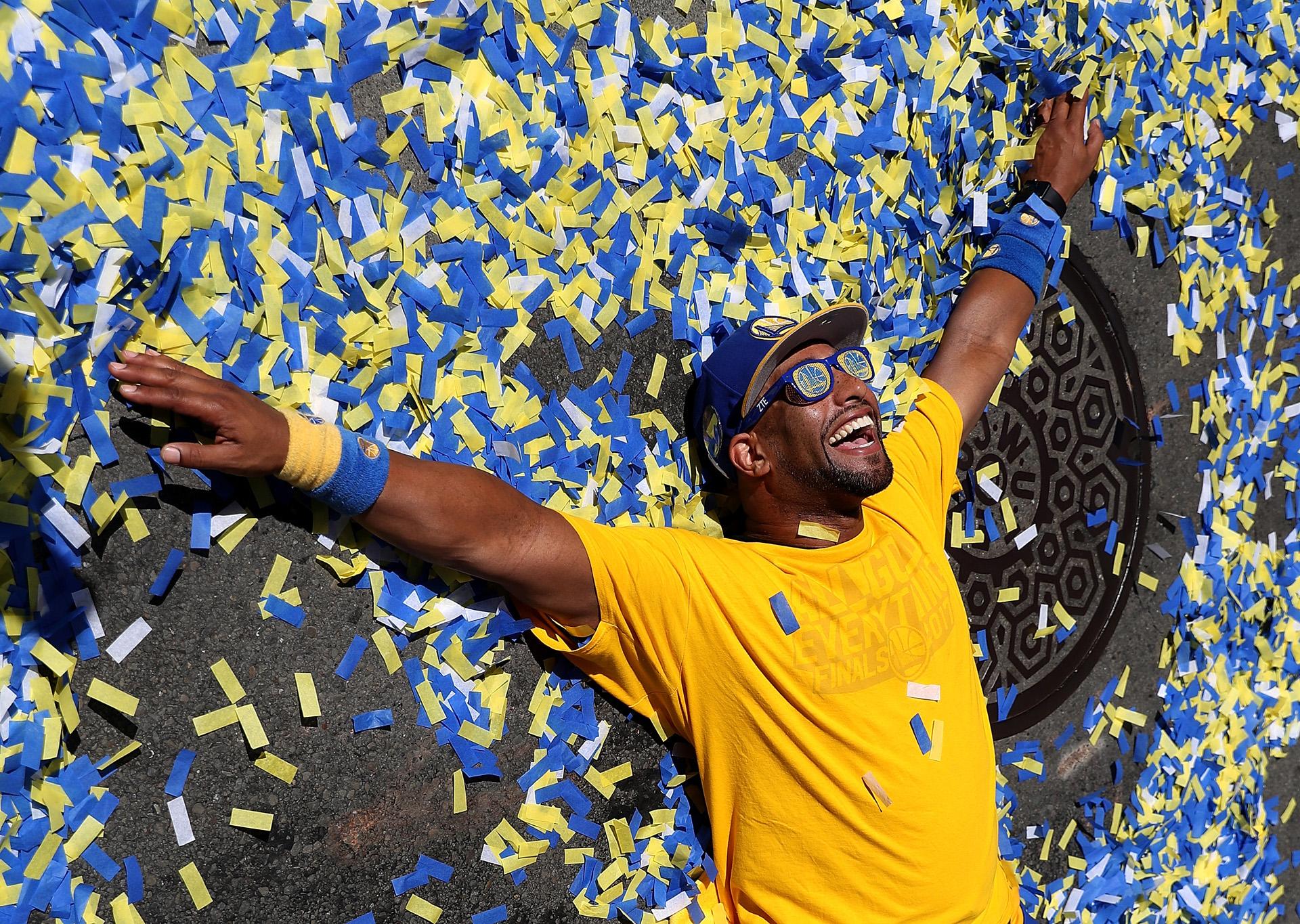 Los fans de Golden State invadieron las calles de Oakland para celebrar el campeonato