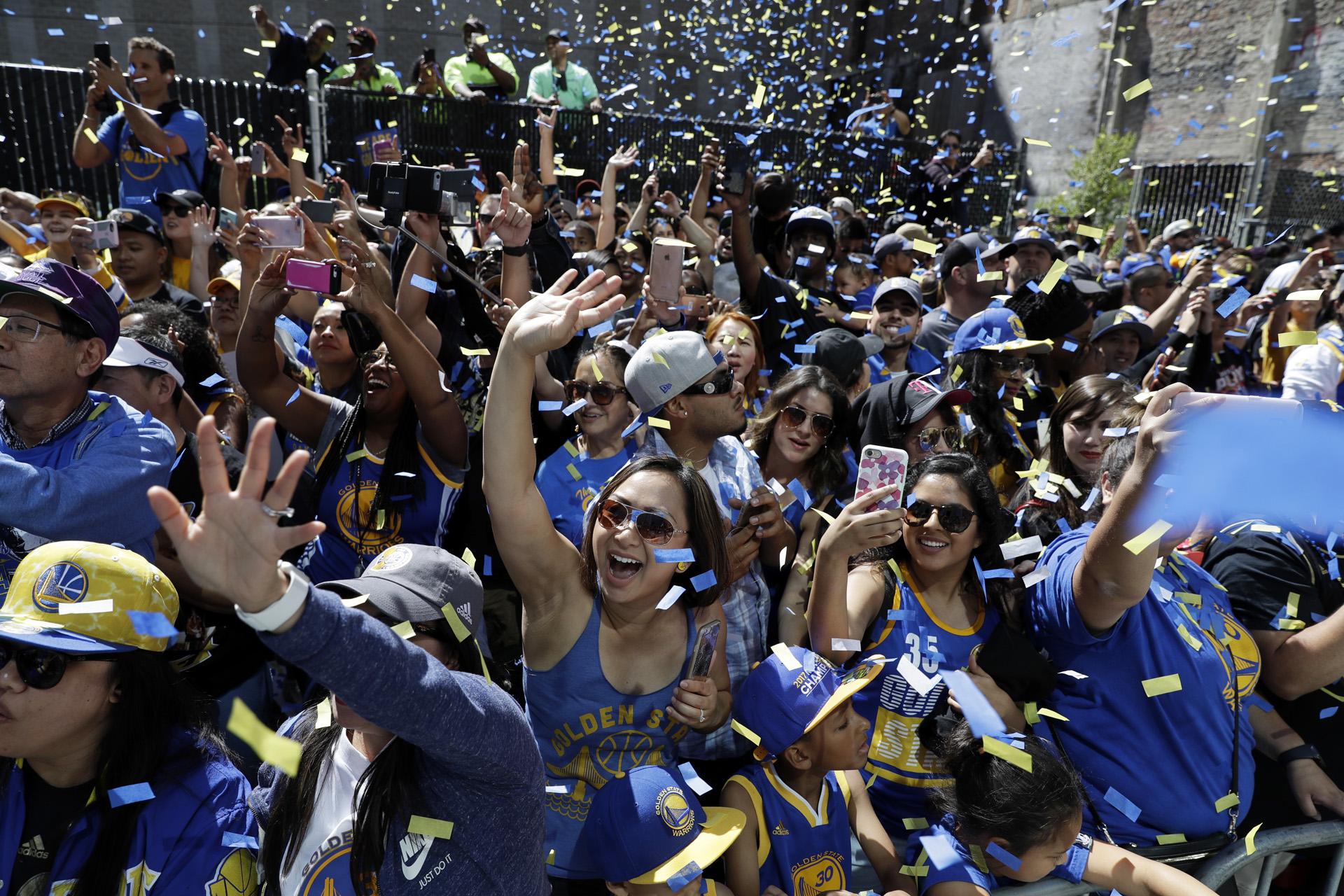 Los campeones recorrieron las calles de Oakland en un bus destechado
