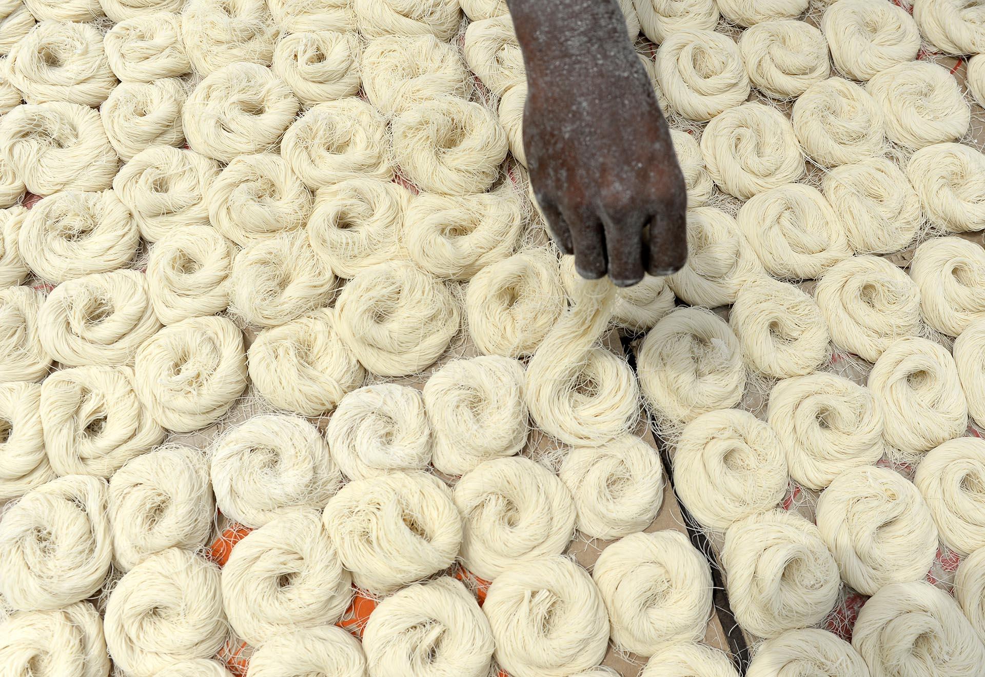 Un trabajador indio seca los fideos finos -que se utilizan para hacer el sheerkhorma, un plato tradicional preparado durante el mes de Ramadan- en Chennai