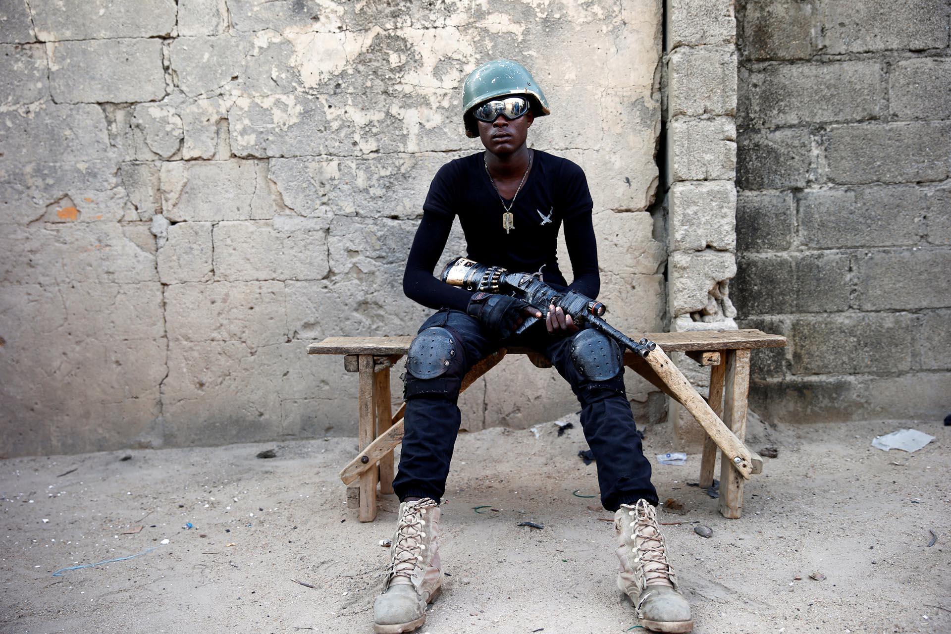 Adamu Mohammed, de 23 años, posa para una fotografía en un recinto de la ciudad de Maiduguri, al norte de Nigeria. El joven es miembro del grupo de milicias locales conocido como CJTF