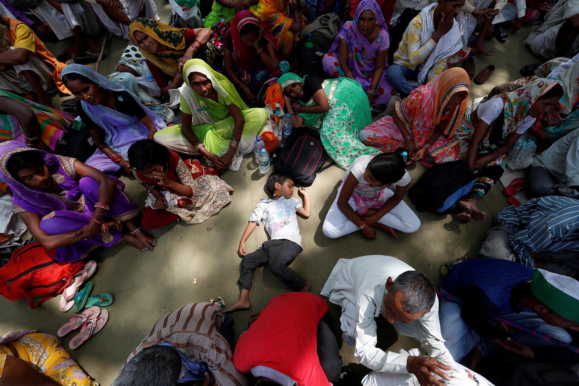 Un niño duerme mientras los agricultores asisten a una protesta contra el asesinato de seis campesinos durante los enfrentamientos de la semana pasada en el estado de Madhya Pradesh, en Nueva Delhi, India
