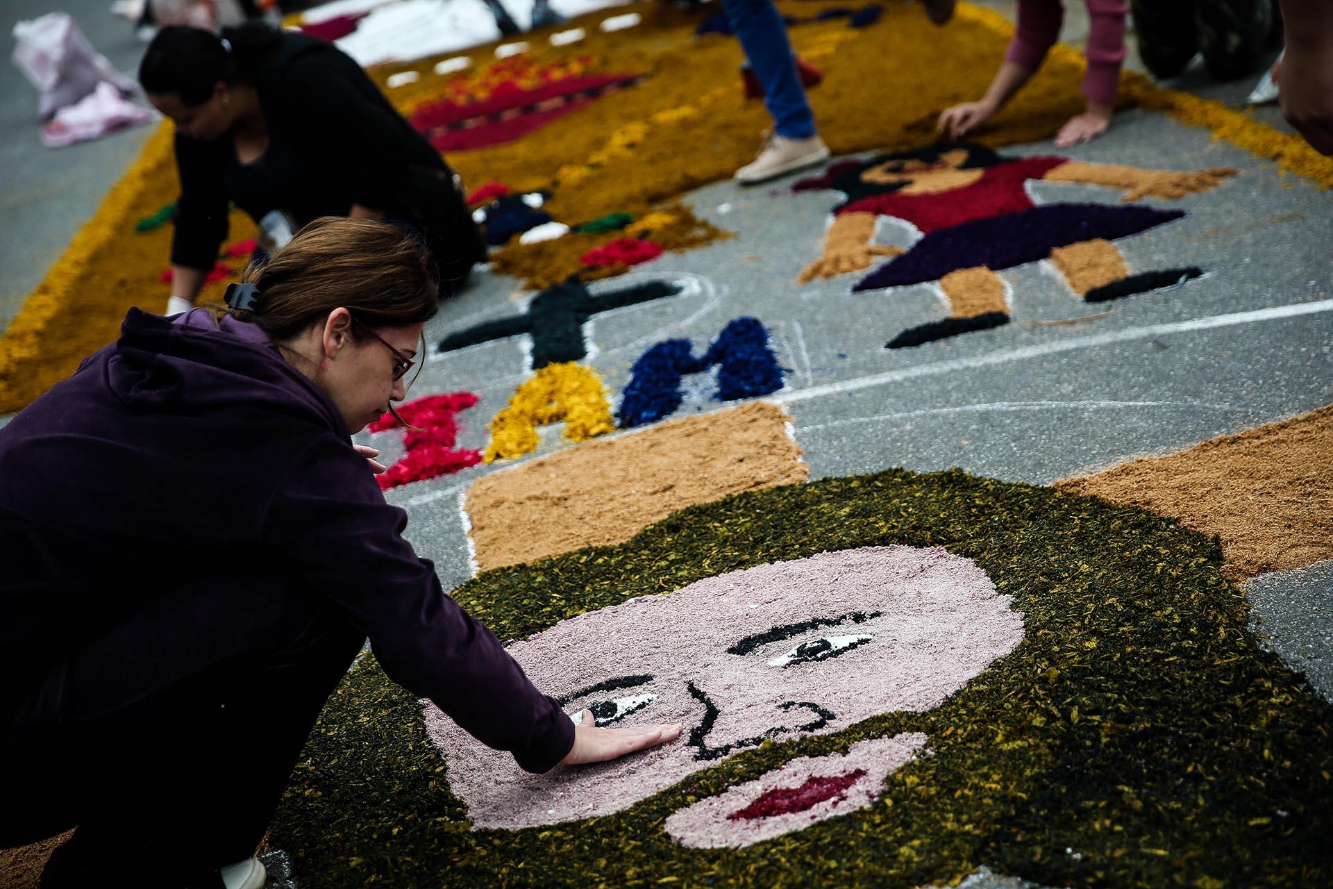 Personas participan en la instalación del tradicional tapete gigante con motivo de la festividad del Corpus Christi en la ciudad de Santana de Parnaiba, a 150 kilómetros de Sao Paulo, Brasil