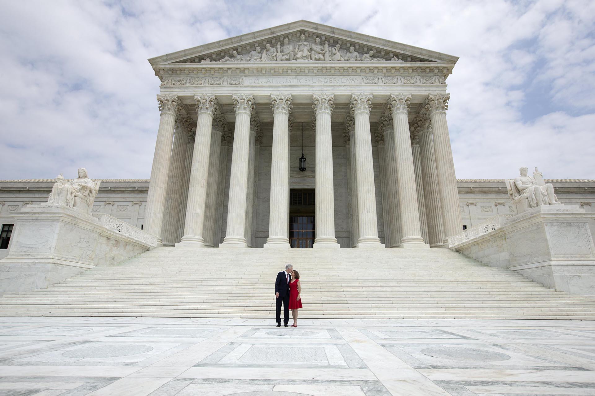 El juez asociado Neil Gorsuch posa junto a su esposa Louise Gorsuch en la parte baja de las escaleras del Tribunal Supremo tras la ceremonia de investidura en Washington. Tras una batalla partidaria de 14 meses, Gorsuch fue confirmado por el Senado en abril de 2017 para llenar el puesto vacante por la muerte del magistrado Antonin Scalia
