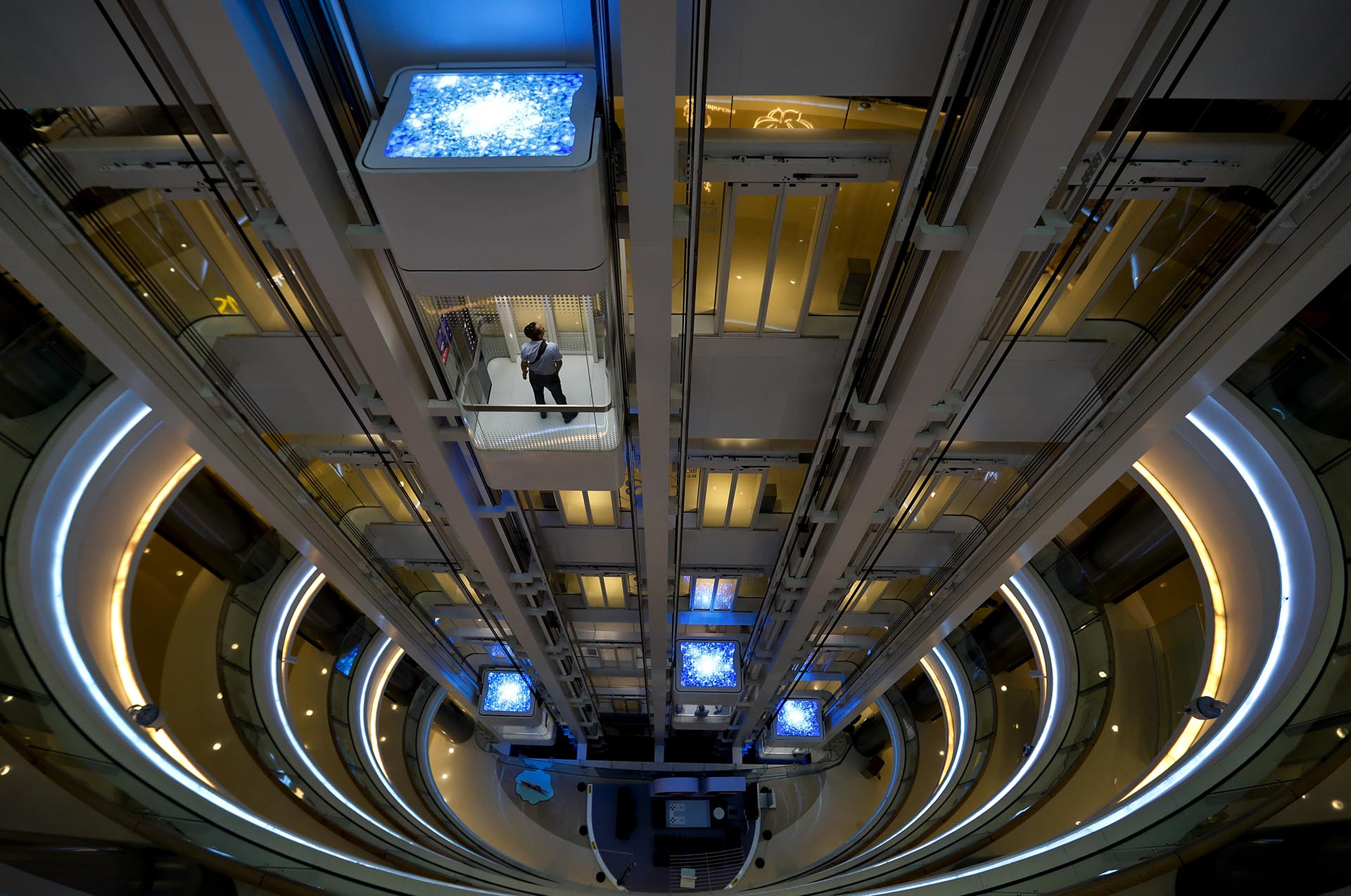 Un hombre toma un ascensor en un centro comercial gigante recién abierto en Pekín