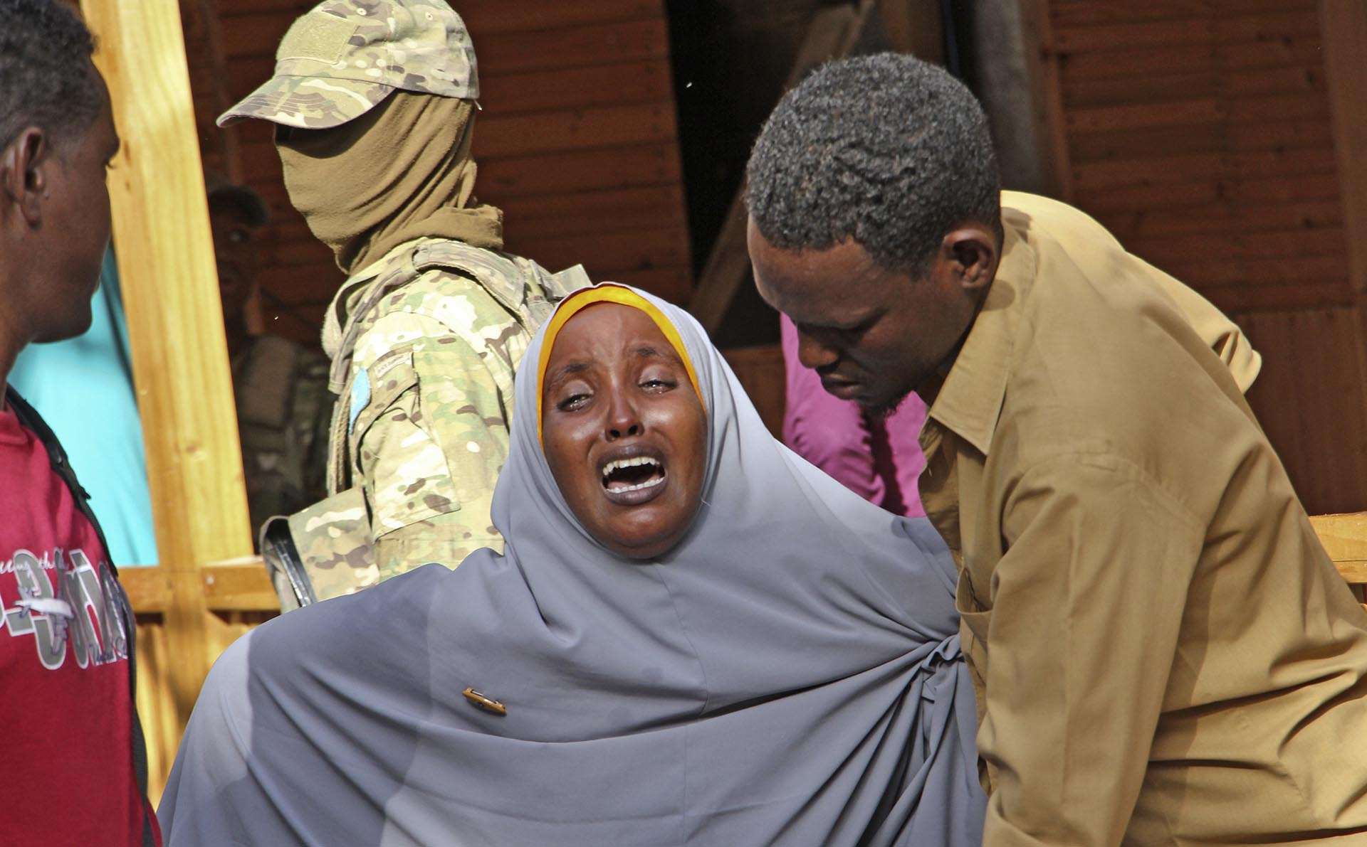 El dolor de una madre cuya hija fue fusilada por terroristas durante una toma de rehenes en un restaurante en Mogadiscio, capital de Somalia