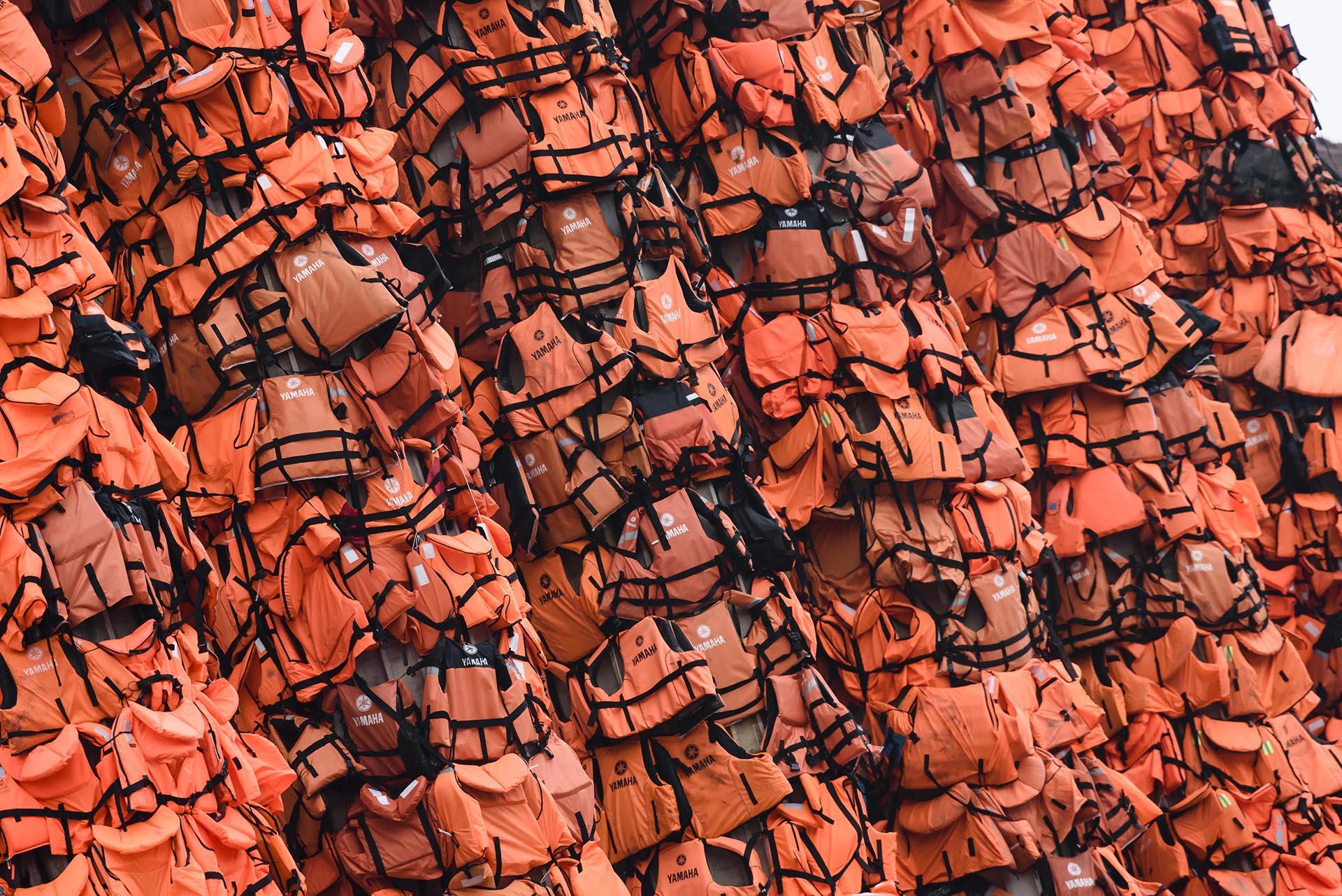 Una instalación de Ai Weiwei que exhibe chalecos salvavidas para refugiados, en Berlín. Los chalecos fueron abandonados por los refugiados que cruzaron desde el mar a Turquía o Grecia.. (Foto Clemens Bilan/Getty Images)
