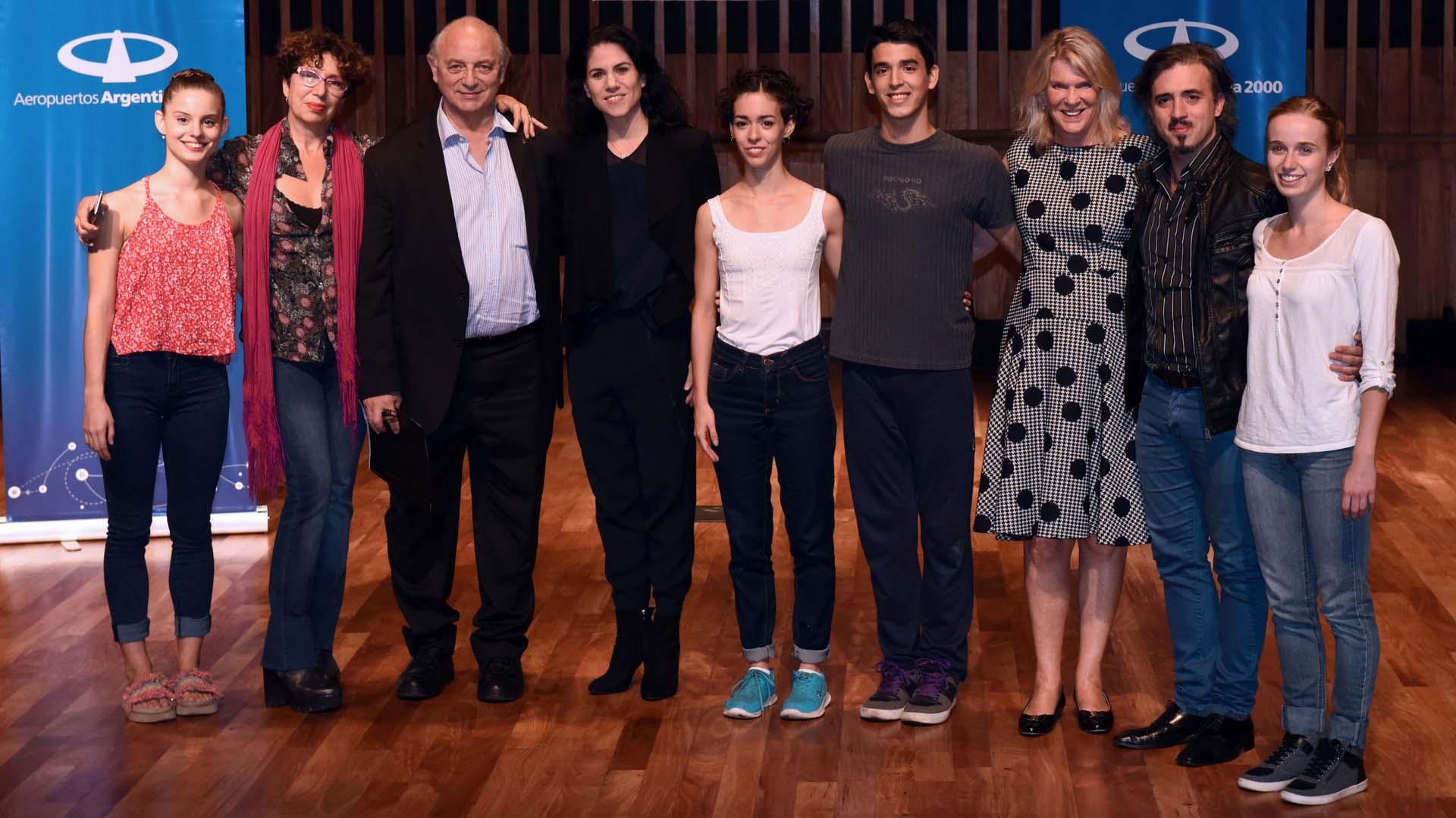 Junto al jurado, los cuatro ganadores de la décima edición