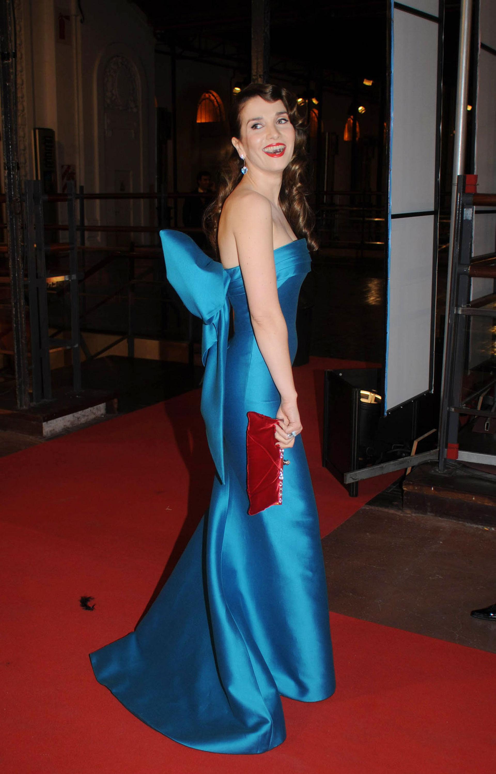Espléndida Natalia Oreiro en los Martín Fierro 2008 con un vestido sirena en turquesa diseñado por Oscar de la Renta. Optó para terminar su look con un sobre rojo de terciopelo y aros colgantes con cristal celeste