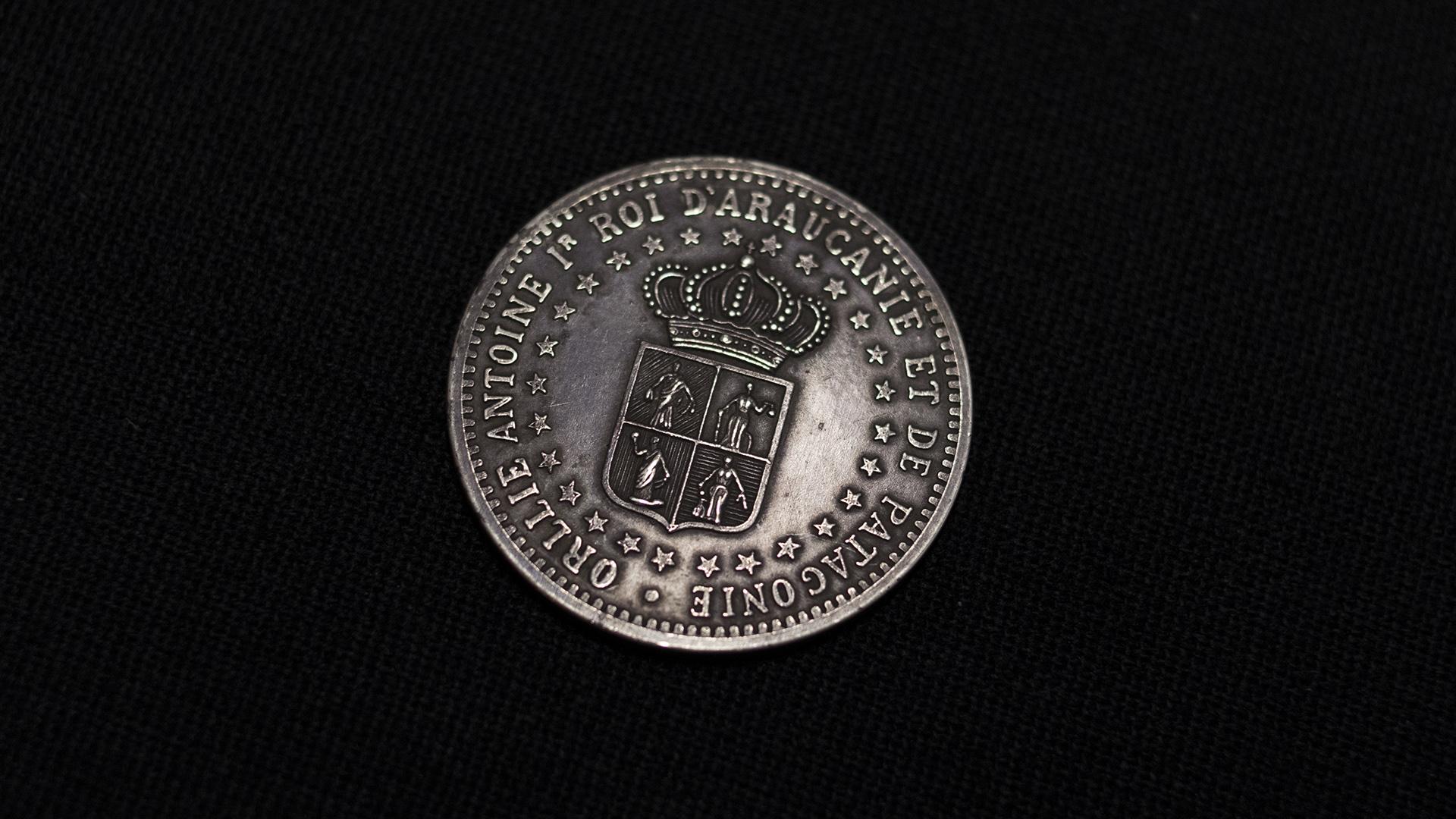 Moneda de pretensión, de plata, cuya acuñación fue ordenada por el aventurero francés Oréllie Antoine de Tounens, quien se había autoproclamado Rey de la Araucanía y Patagonia en 1874. (Adrián Escandar)