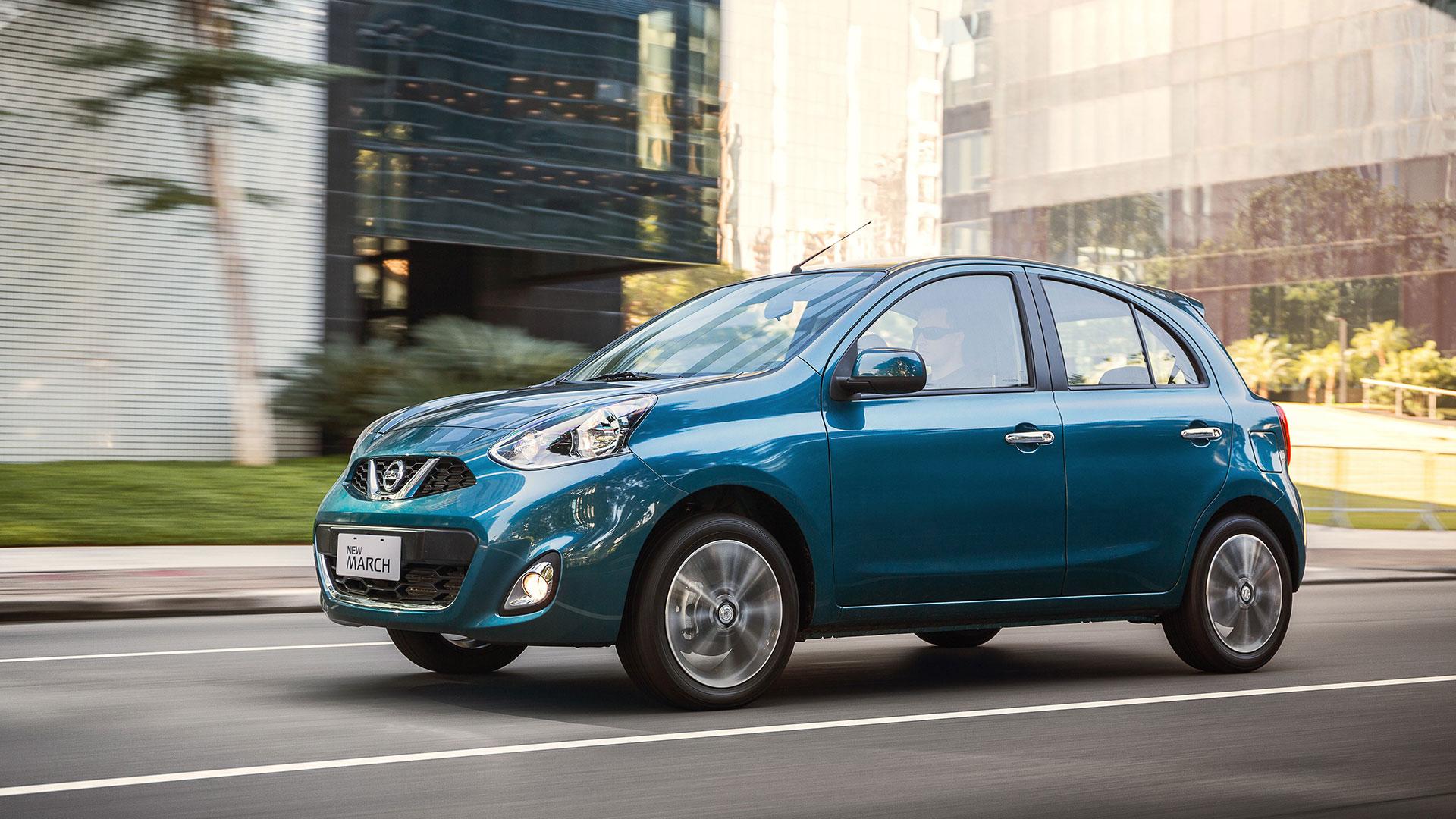 Nissan March, con nueva parrilla con detalles cromados, grupos ópticos tanto delanteros como traseros, nuevo juego de llantas de aleación liviana, manijas exteriores cromadas y spoiler trasero
