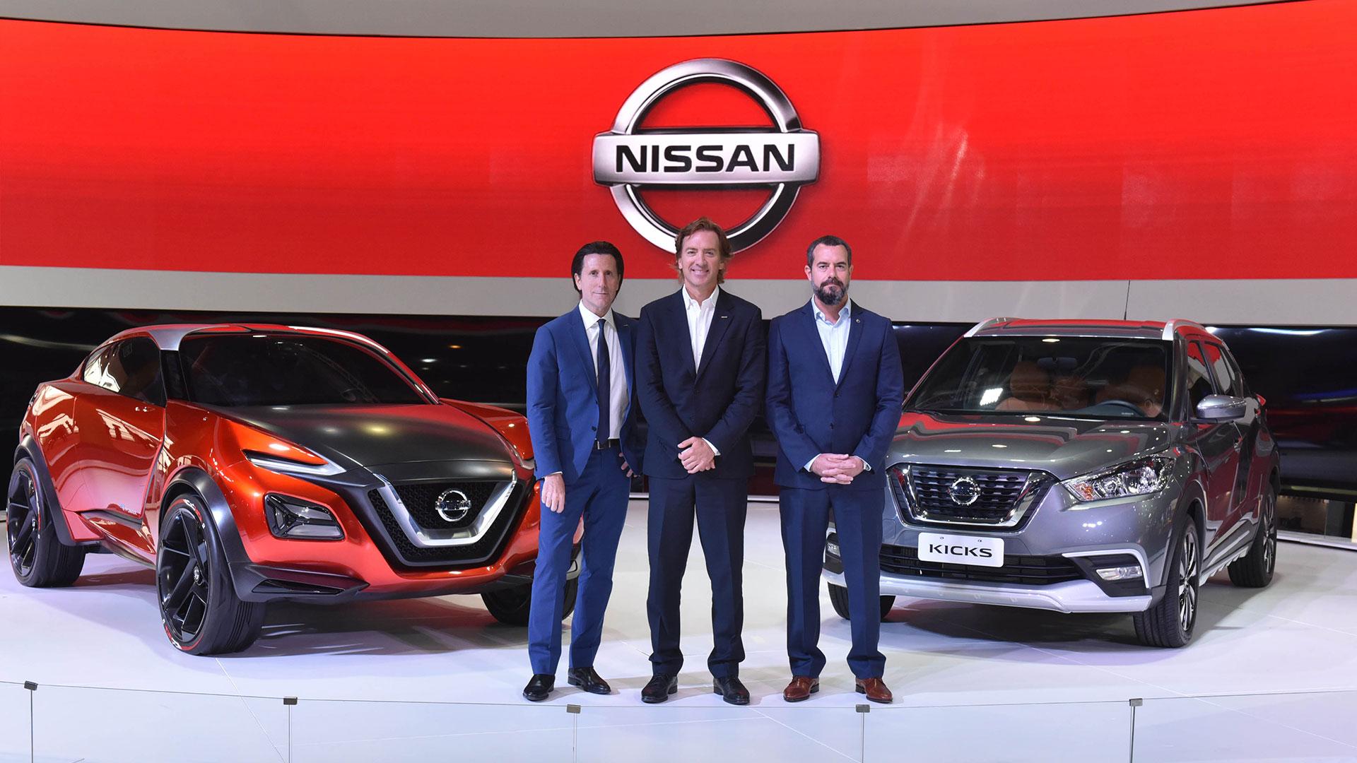 Alfonso Albaisa (Vicepresidente Senior de Diseño, Global), José Luis Valls (Chairman para Latinoamerica) y Diego Vignati (Director General Nissan Argentina) junto al Nissan Gripz Concept y al nuevo Nissan Kicks