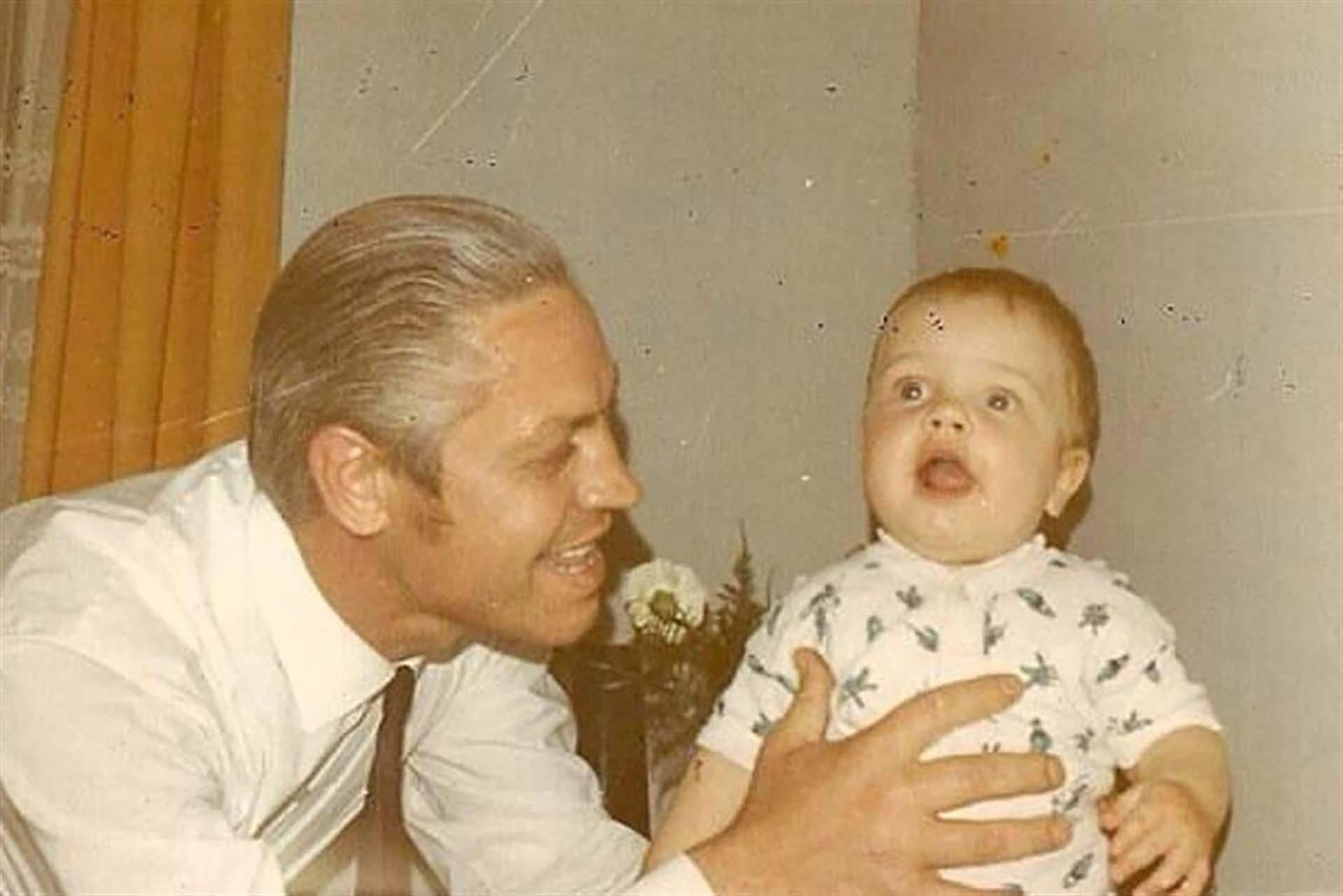 Alejandro Wiebe, tal es su verdadero nombre, junto a su padre