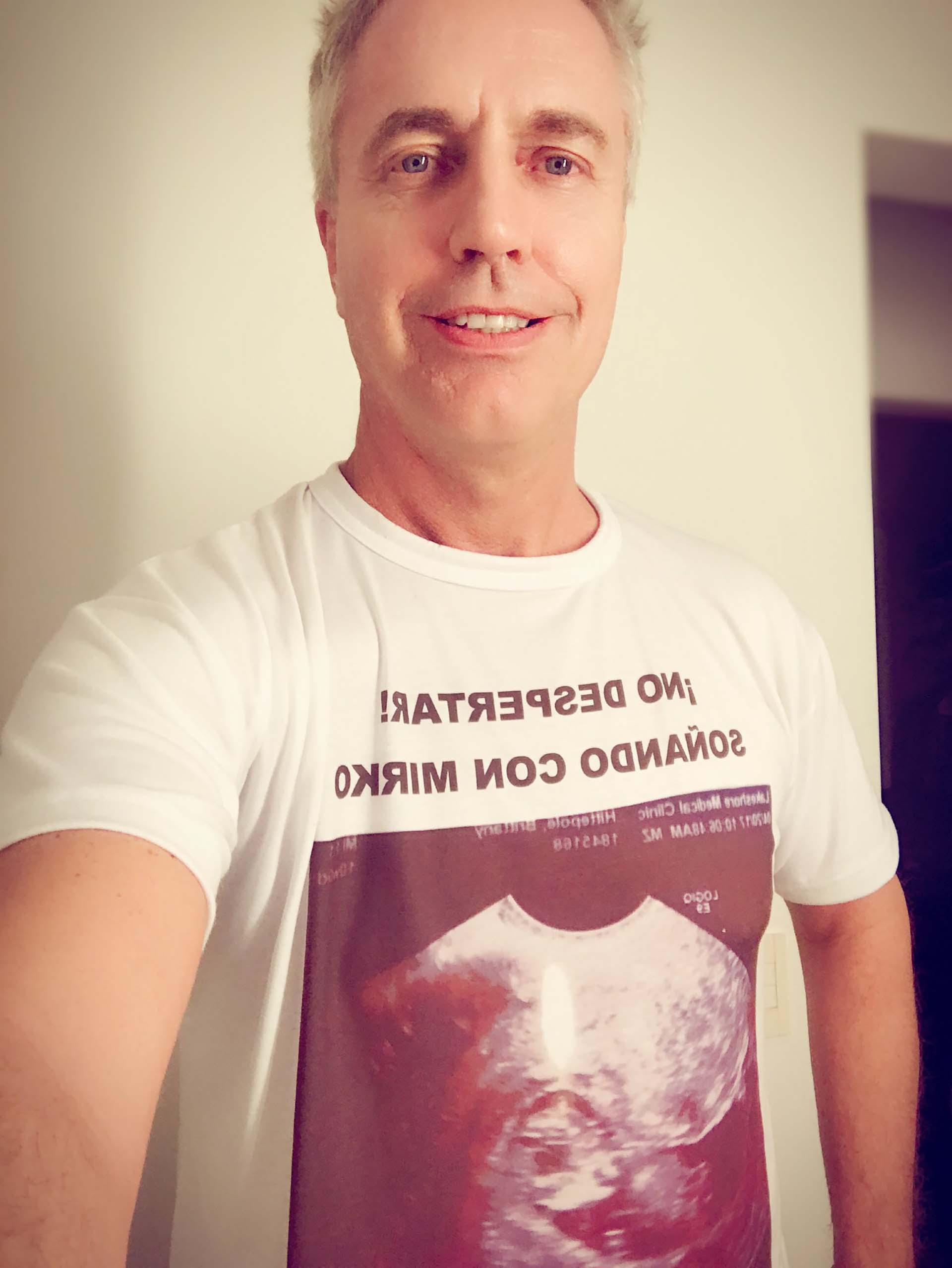 """""""¡No despertar! Soñando con Mirko"""", reza la remera con la que duerme el conductor, junto a la imagen de una ecografía"""