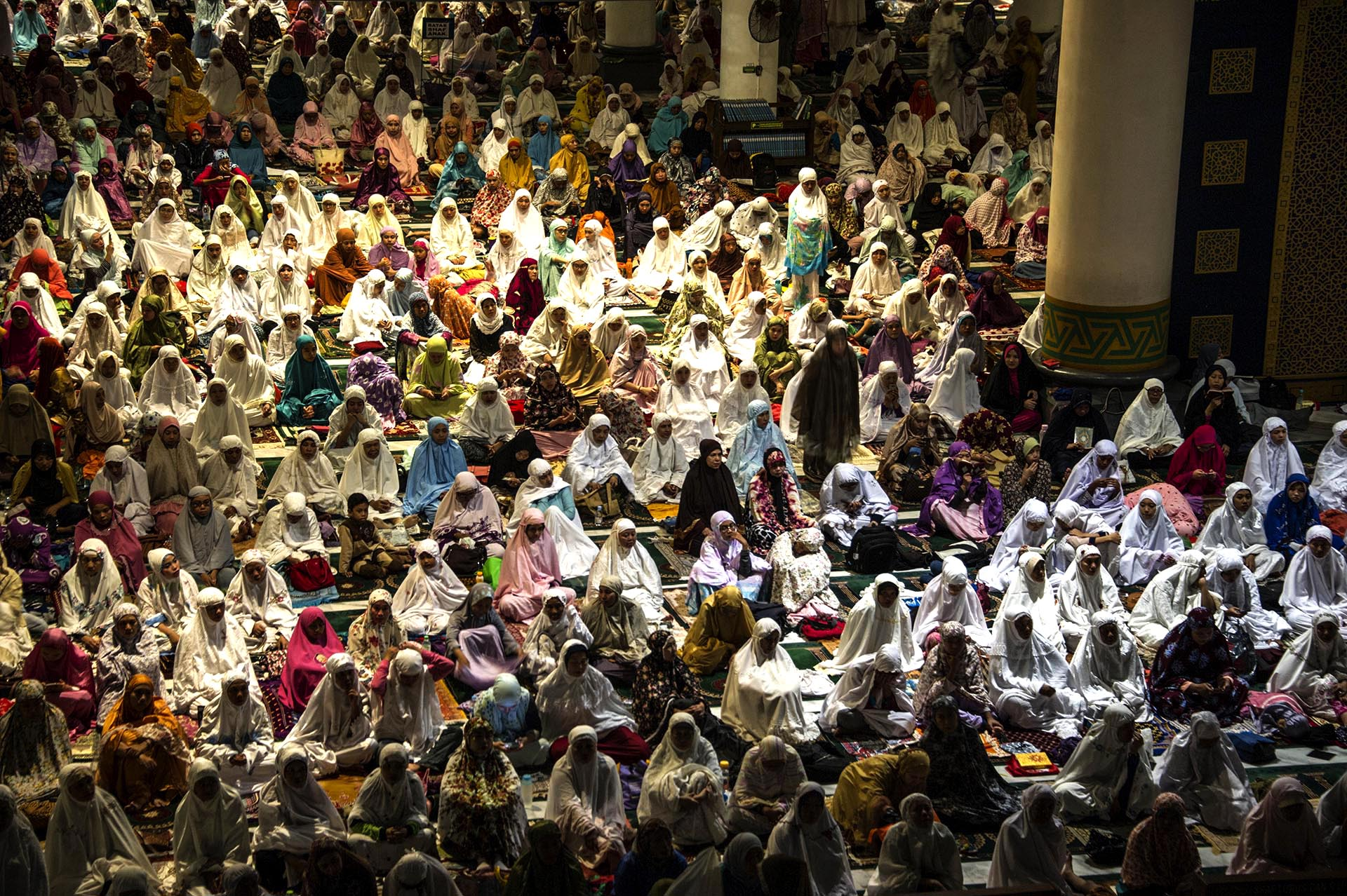 Musulmanes indonesios ofrecen oraciones y leen el Corán en el día 21 del mes sagrado del Ramadán en una mezquita de Al Akbar en Surabaya