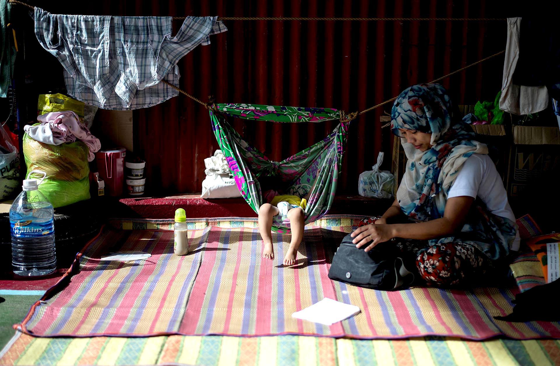 Esta foto muestra a una madre con su bebé en una hamaca en un centro de refugiados en Iligan, en la isla filipina de Mindanao