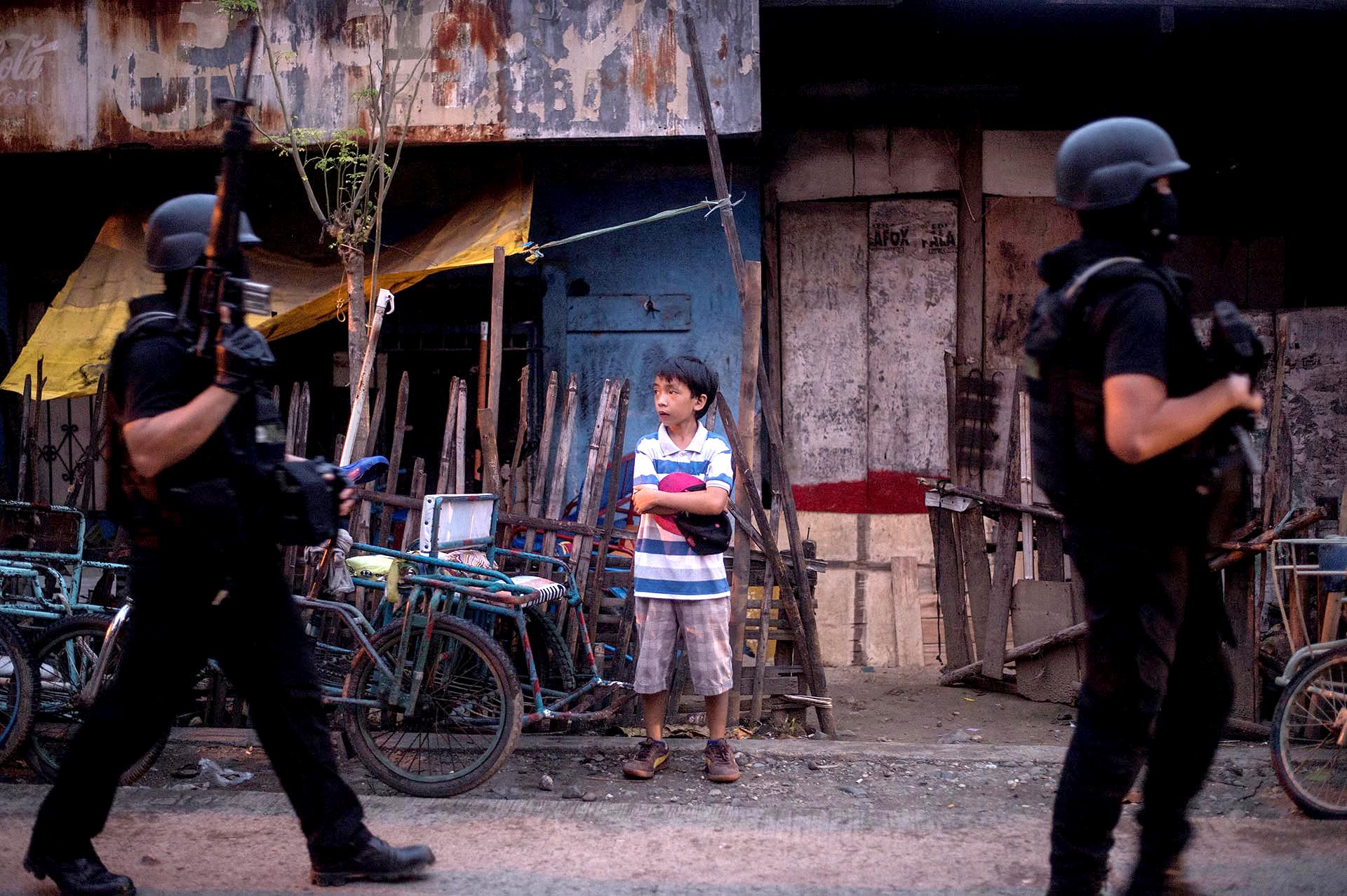 Miembros del equipo SWAT de Filipinas patrullan un barrio de la ciudad de Iligan donde viven temporalmente los evacuados de la ciudad de Marawi