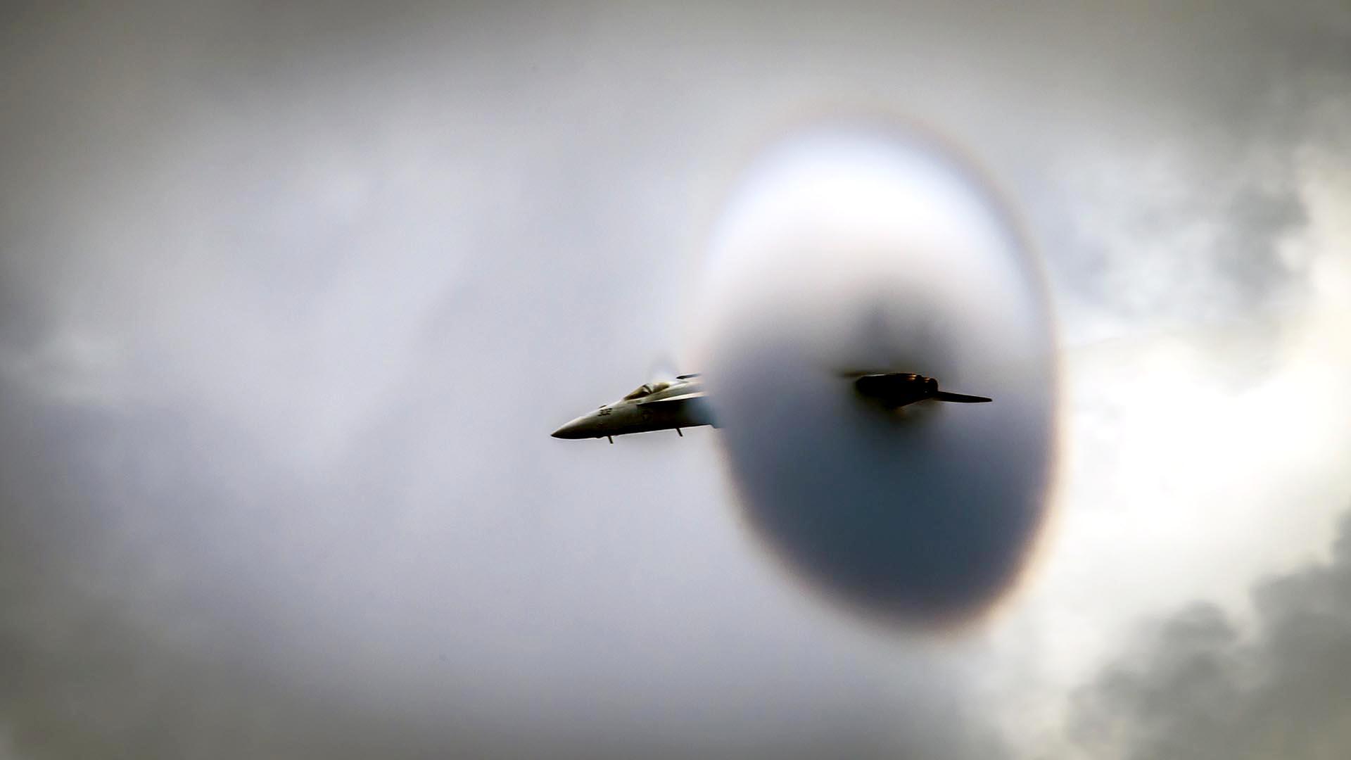 """Foto de la Marina de los EEUU que muestra un avión F / A-18E asignado a los """"dragones de oro"""" durante una demostración de vuelo de alta velocidad en el Pacífico"""