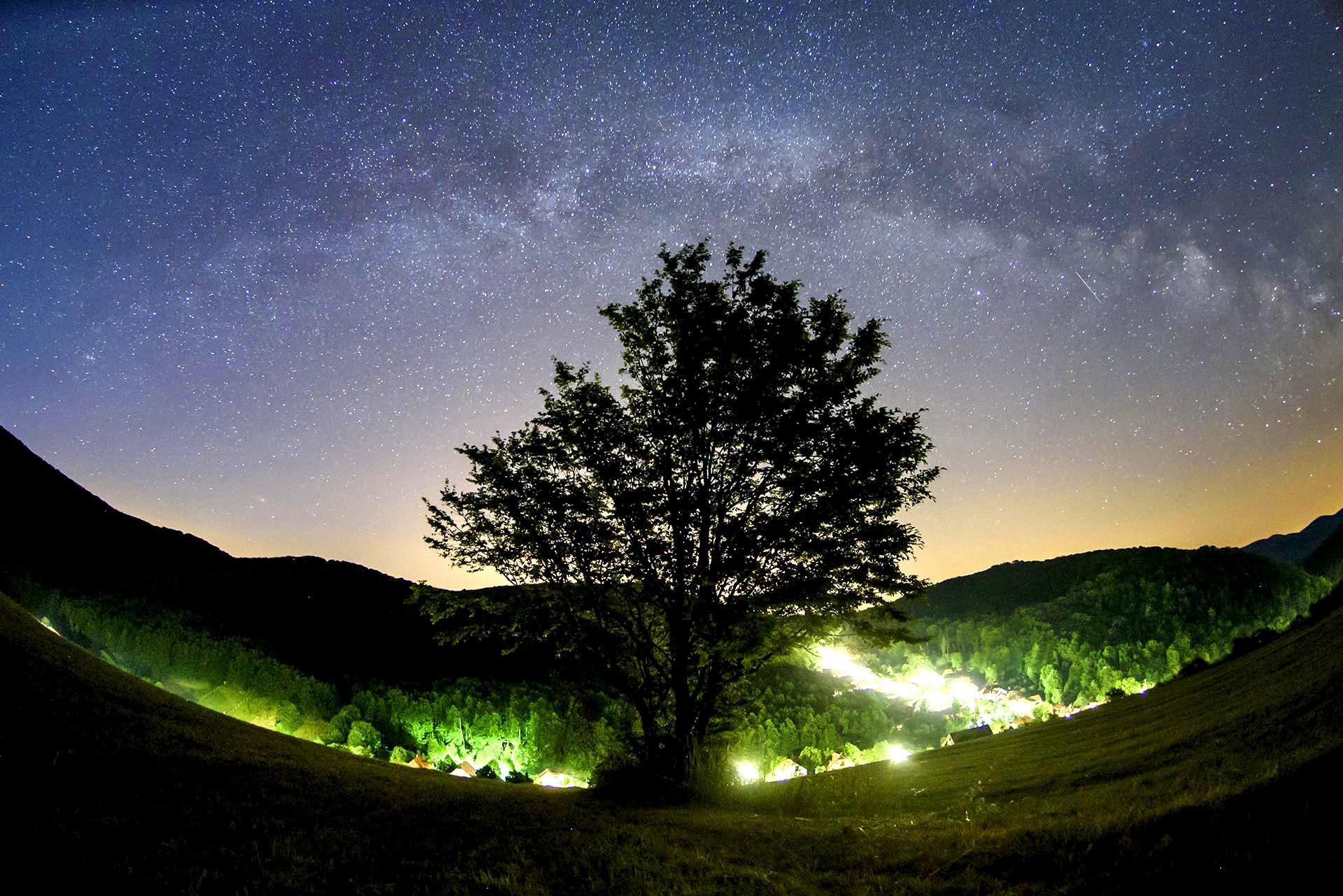 El cielo estrellado en una noche de verano en Repashuta, unos 170 kms al noreste de Budapest, Hungría
