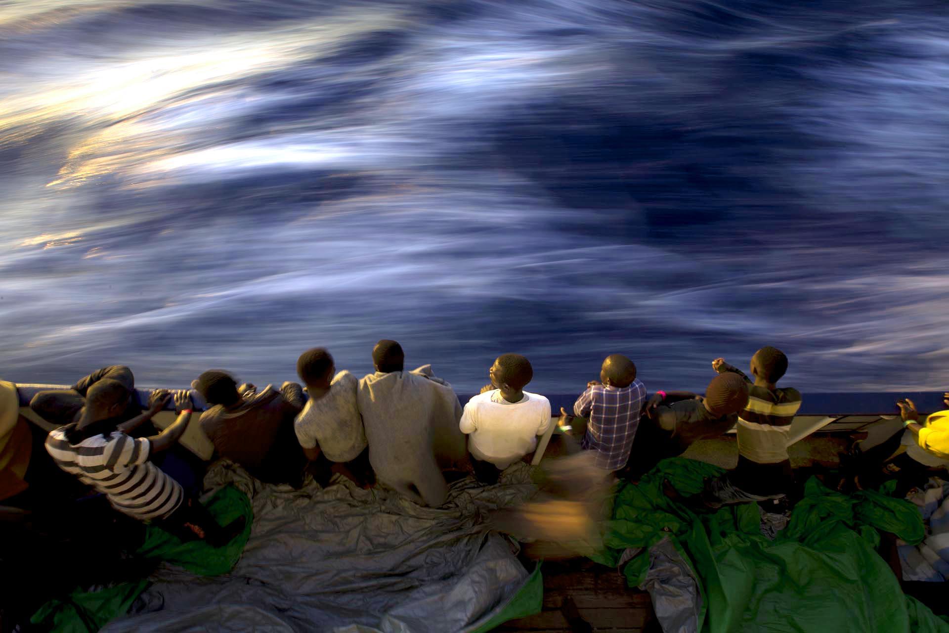Migrantes y refugiados en la cubierta del buque de rescate Golfo Azzurro después de ser rescatados por la ONG española Proactiva Open Arms en el Mar Mediterráneo