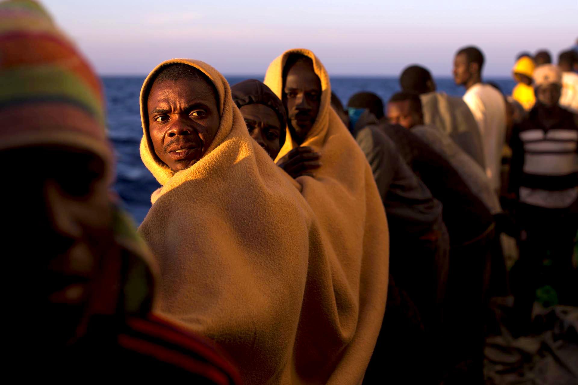 Migrantes en la cubierta del buque de rescate Golfo Azzurro en el mar Mediterráneo