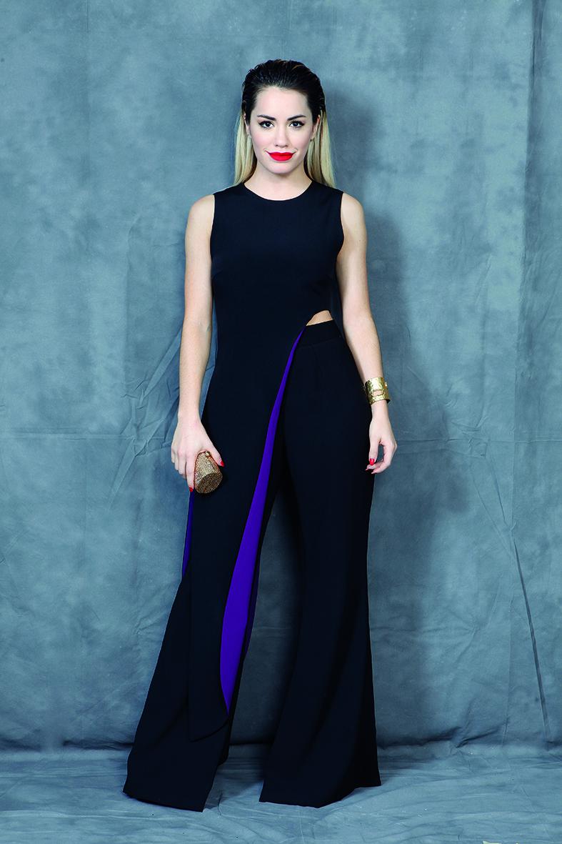 Un diseño bi color en negro y violeta de la diseñadora Evangelina Bomparola. En la entrega de 2014, Lali Espósito fue una de las más elegantes de la noche. Lo acompaño solamente con una esclava dorada y un clutch cilíndrico de strass dorado (Revista Gente)
