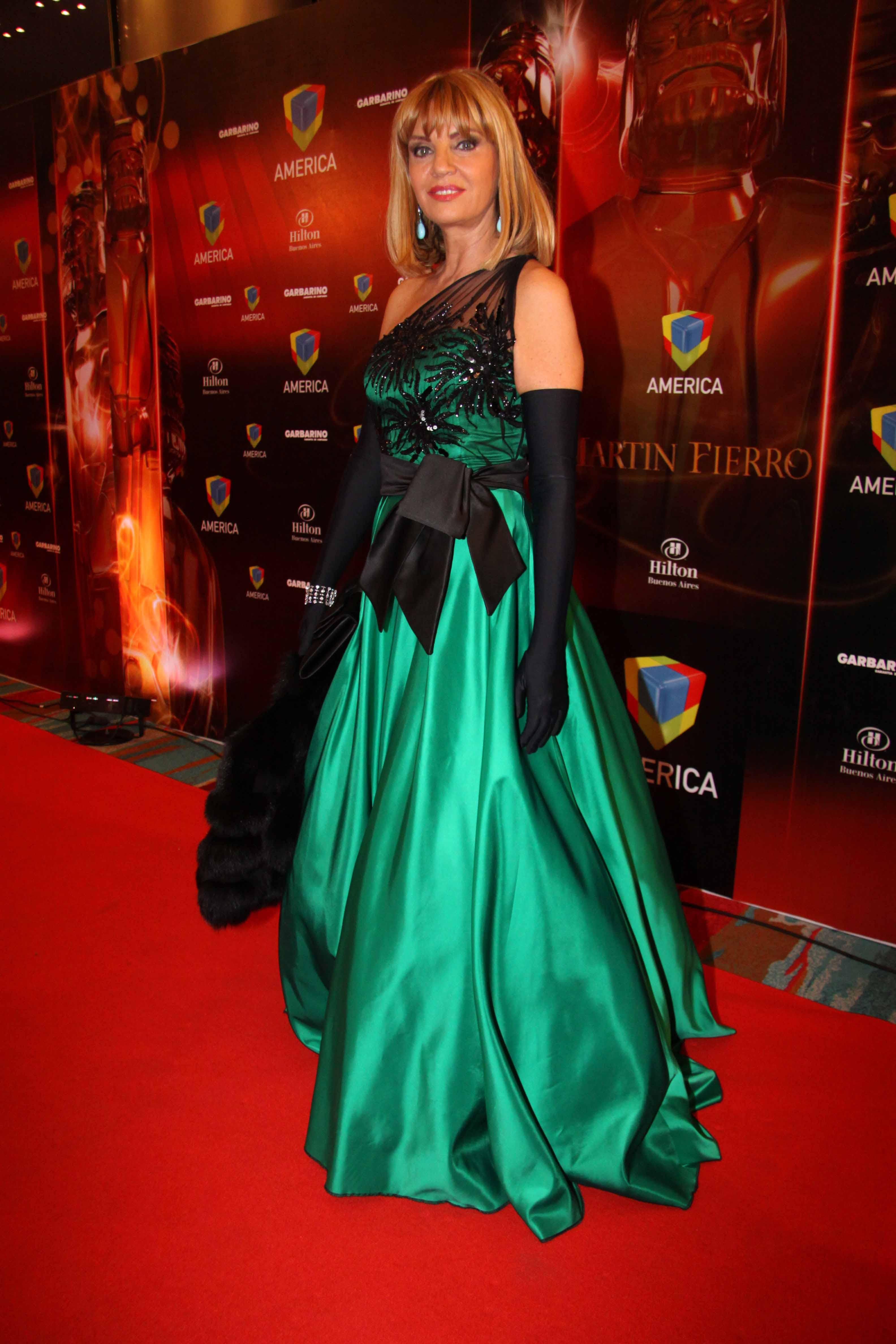 Con un diseño de Carlos Di Domenico en verde esmeralda y bordados en negro con un maxi lazo y guantes XL , Teté Coustarot desfiló por la red carpet 2010. Acompañó el look con aros gota en celeste