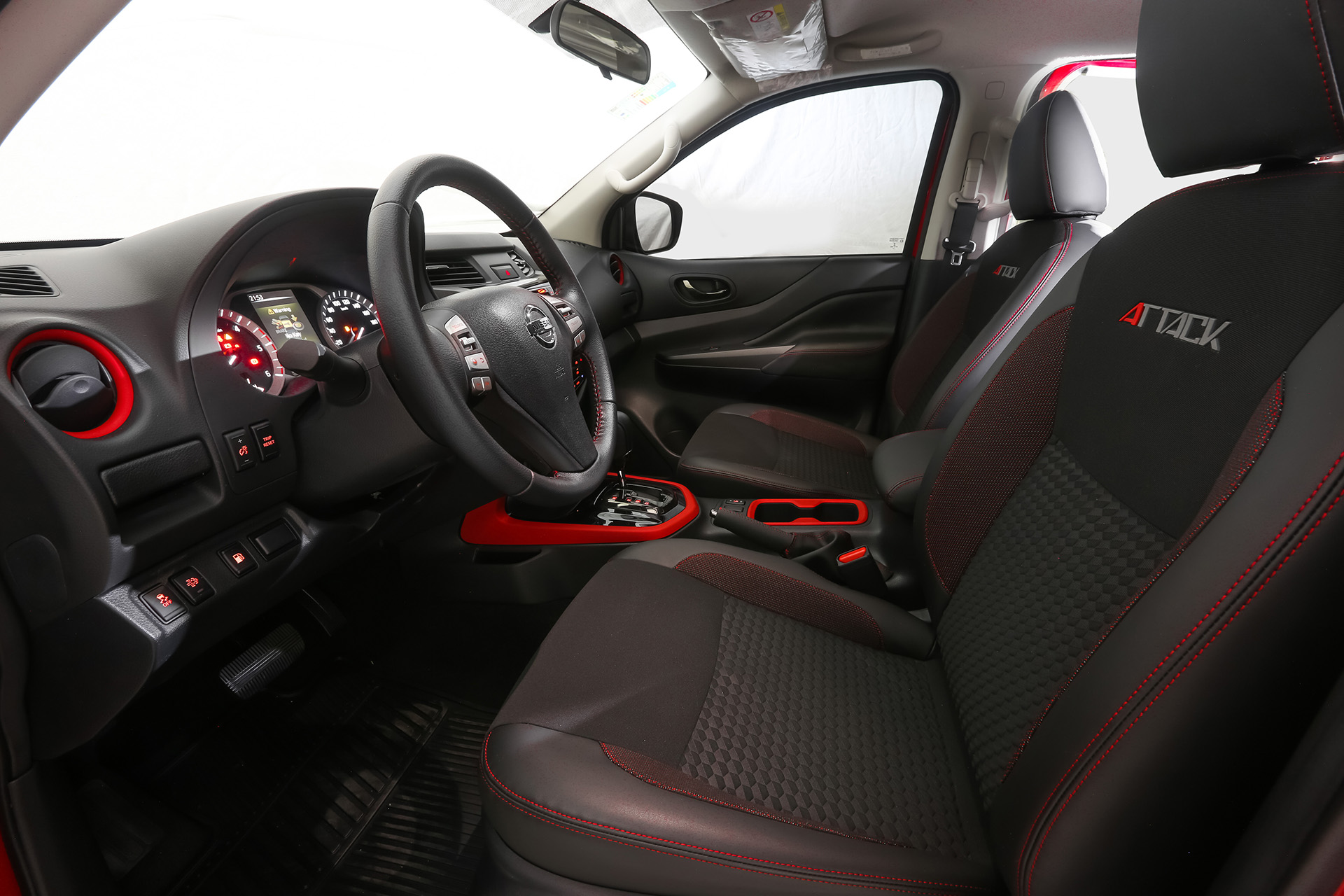 Nissan Frontier Attack cuenta con un nuevo sistema de Infoteitment llamado Nissan Multi-App que incluye un navegador GPS con pantalla táctil de 6.2'' última generación, aplicaciones (como Waze y Spotify), Bluetooth, navegación y streaming de música. Todo esto forma parte de la estrategia de Nissan Intelligent Drive en el marco de la promesa de Nissan Intelligent Mobility