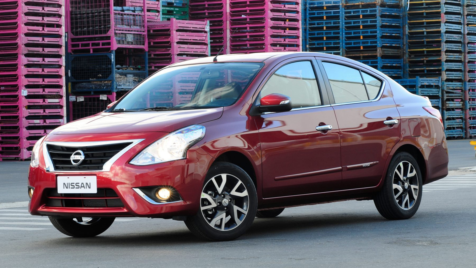 Versa es un auto espacioso y cómodo que a su vez tiene una eficiencia de combustible sorprendente. Eso se logró gracias a la aerodinámica exterior que se desliza a través del viento y el avanzado motor de 1.6 litros y 4 cilindros que maximiza la eficiencia y el rendimiento. Todo forma parte del compromiso de Nissan con crear un medio de transporte ecológico