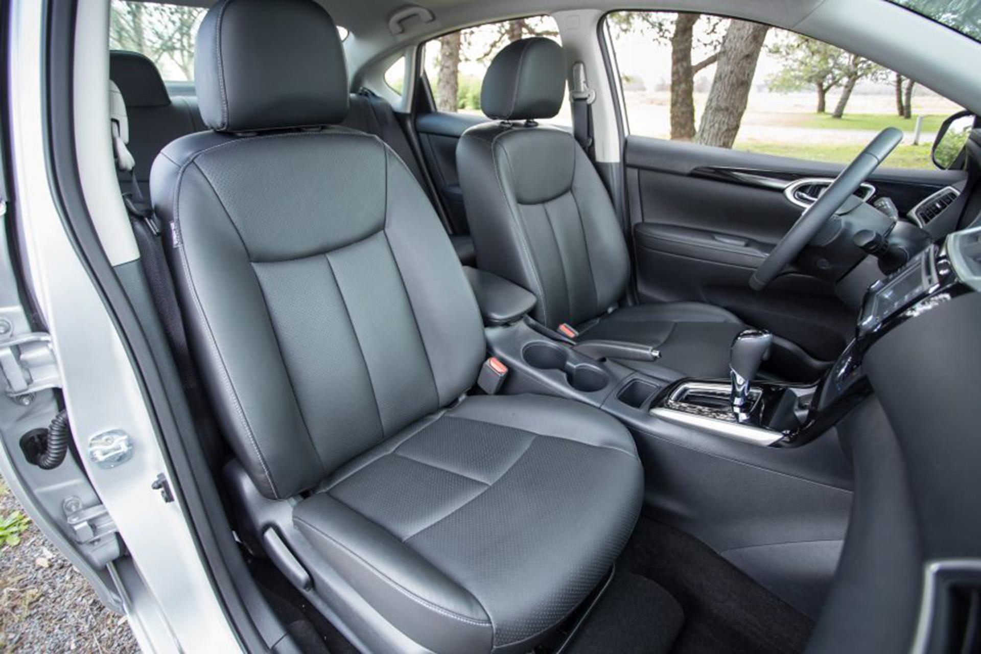 La cabina de este sedán posee el balance adecuado de practicidad. El ángulo de apertura de las puertas delanteras y traseras, por ejemplo, facilita ingresar o salida del vehículo, mientras que el asiento trasero rebatible hace posible aumentar el área de carga del baúl